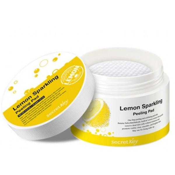 диски ватные для пилинга secret key lemon sparkling peeling padLemon Sparkling Peeling Pad. Диски ватные для пилинга<br><br>Быстро, просто, безболезненно и эффективно! Двусторонние ватные диски, пропитанные специальным раствором, предназначены для очищения кожи лица от загрязнений, кожного жира и черных точек, а также способствуют отшелушиванию омертвевших клеток - в результате гладкая, чистая и сияющая кожа.<br><br>Применение таких дисков будет полезным и вечером, для подготовки кожи к полноценному ночному уходу, и утром - для того, чтобы зарядить кожу лица бодрящей энергией цитруса. При использовании утром диски делают кожу необычайно гладкой, без шелушений, благодаря чему тональные основы, бб-кремы и другие косметические средства ложатся ровно и безупречно. Диски пропитаны эссенцией, в составе которой полезные для кожи компоненты.&amp;nbsp;<br><br><br>Газированная вода насыщает кожу полезными микро и макро-элементами, благодаря чему нормализуются и ускоряются многие жизненно важные процессы: улучшает микроциркуляцию крови, стимулирует регенерацию клеток кожи, выводит токсины и шлаки.<br><br>Экстракт лимона оказывает антибактериальное, антисептическое, вяжущее и тонизирующее действие, укрепляет стенки сосудов и сужает поры, ускоряет заживление акне и предупреждает появление новых. Как и все цитрусовые, экстракт лимона способствует выравниванию тона кожи и осветлению пигментации, а также разглаживает морщинки, снимает отечность и освежает кожу, делает ее отдохнувшей.<br><br>Салициловая кислота проникает в сальные протоки и растворяет связи между ороговевшими клетками кожи и способствует их отшелушиванию.<br><br><br>Кроме того, кислота оказывает противовоспалительное и кератолитическое действие, обладает сильнейшим антибактериальным эффектом, поэтому эффективно справляется с лечением акне и ускоряет регенерацию тканей кожи, подсушивает воспаления и снимает покраснения. <br><br>Способ применения: Протереть кожу лица сначала более рельефной стороной диска, затем более