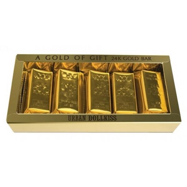 мыло косметическое 24k набор baviphat urban dollkiss agamemnon 24k gold bar setUrban Dollkiss Agamemnon 24K Gold Bar set. Мыло косметическое 24K набор <br><br>Для драгоценного сияния, молодости и красоты Вашего лица создано это роскошное мыло с высокой концетнрацией ценных ингредиентов! Обогащено омолаживающими и комплексно оздоравливающими компонентами, которые интенсивно и глубоко восстанавливают кожу. Этот набор станет прекрасным подарком на любой праздник!<br><br>Косметическое мыло для лица Urban Dollkiss Agamemnon 24K Gold Bar содержит коллоидное золото (5000 мг), экстракт муцина улитки, гиалуронат натрия, рисовое масло, экстракт зеленого чая, коллаген, прополис, кокосовое молоко, масло оливы, экстракт меда, лошадиный жир. Косметическое мыло не разрушает естественный липидный барьер кожи. Природные экстракты способствуют увлажнению кожи, восстанавливают основные биологические функции, восстанавливают липидный барьер кожи. Мыло придает коже гладкость, здоровый блеск и чистый тон. Текстура средства не раздражает кожу, смягчает и сохраняет естественный гидро-баланс, поддерживает эластичность кожи.<br><br>Коллоидное золото улучшает проникновение в кожу других компонентов: витаминов, растительных экстрактов. Ускоряет деление клеток кожи. Повышает жизненный тонус, стимулирует восстановительные функции организма, повышает сопротивляемость различным заболеваниям, способствует усилению процессов регенерации клеток.&amp;nbsp;<br><br>Молоко кокоса благодаря высокому содержанию липидов, протеинов, витаминов A, B, C, углеводов, а также минеральных веществ и фруктовых кислот, он способствует быстрой регенерации кожи и защищает ее от вредных воздействий окружающей среды, является прекрасным увлажняющим средством, придает коже упругость и бархатистость.<br><br>Мыло не содержит парабенов, искусственного пигмента, минеральных масел, материалов животного происхождения, синтетических ароматизаторов, искусственных красителей.<br><br>Применение: Создайте мыльную пену, нанесите масси
