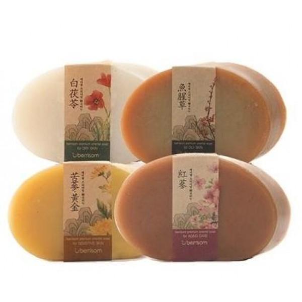 мыло berrisom premium oriental soapPremium Oriental Soap. Мыло<br><br>Уникальное мыло на основе тщательно отобранных натуральных компонентов, которые не сушат и не раздражают кожу. Экстракты восточных трав, ручная технология изготовления, отсутствие консервантов, красителей и отдушек делают мыло идеальным средством для очищения кожи. Образует пышную пену, бережно удаляющую все загрязнения с поверхности лица.<br><br>Мыло представлено 4 вариантами и, в зависимости от компонентов, предназначено для разных типов кожи.<br><br><br>01. Premium Oriental Soap For Aging Care – растительное мыло для увядающей кожи лица<br><br><br>В составе мыла красный женьшень, экстракт гриба санхван, камелия, а также масло зародышей пшеницы. Регулярное очищение лица при помощи антивозрастного мыла делает кожу более упругой и эластичной, способствует разглаживанию морщин и выравниванию тона кожи.<br><br><br>02. Premium Oriental Soap For Oily Skin – растительное мыло для жирной кожи лица<br><br><br>В составе мыла экстракты портулака, прополиса, чайного дерева, лакрицы, а также масло виноградных косточек. Мыло оказывает бактерицидное и противовоспалительное действие, регулирует работу сальных желез, предупреждает появление жирного блеска, способствует выводу токсинов.<br><br><br>03. Premium Oriental Soap For Dry Skin – растительное мыло для сухой кожи лица<br><br><br>В составе мыла морская вода, гиалуроновая кислота, а также комплекс натуральных масел - арганы, жожоба, авокадо, камелии. Мыло эффективно увлажняет сухую кожу, возраждает уставшую и тусклую. Масла придают коже небывалую мягкость и гладкость.<br><br><br>04. Premium Oriental Soap For Sensitive Skin – растительное мыло для чувствительной кожи лица<br><br><br>В составе мыла натуральное золото, эстракт шиповника, масла жожоба и примулы вечерней, а также аминокислоты шелка. Мыло оказывает противовоспалительное и ранозаживляющее свойство, улучшает обменные процессы в клетках кожи, успокаивает ее и снимает покарснения.<br><br>Способ примен