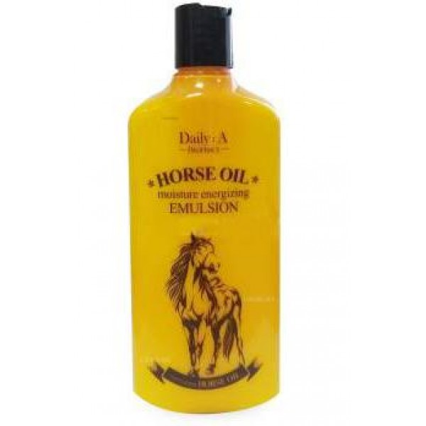 эмульсия увлажняющая с лошадиным жиром deoproce daily: a horse oil moisture energizing emulsionDaily: A Horse Oil Moisture Energizing Emulsion.&amp;nbsp;Эмульсия увлажняющая с лошадиным жиром<br><br>Лошадиное масло (конский жир) в последнее пользуется всё большей популярностью, однако о его полезных свойствах было известно еще в начале тысячелетия. В странах Восточной Азии им лечили раны, ушибы, ожоги, укусы насекомых и кожные воспаления.<br><br>Благодаря тому, что масло по липидному составу близко к кожному жиру человека, после нанесения на кожу оно практически мгновенно впитывается и оказывает невероятно полезное воздействие.<br><br>Эмульсия с лошадиным маслом имеет легкую, освежающую текстуру, мгновенно увлажняет даже самую сухую, самую обезвоженную кожу, питает и смягчает ее, устраняет сухость и шелушения, оказывает регенерирующее действие, благодаря чему заживляет различные воспаления и микроповреждения кожи. Кроме того, в составе масла высокое содержание полиненасыщенных жирных кислот, которые оказывают антиоксидантное действие и защищают кожу от старения и разрушения ультрафиолетом.<br><br>При регулярном применении эмульсии кожа, насыщенная влагой и необходимыми питательными компонентами, становится более гладкой, подтянутой и эластичной, мягкой и шелковистой.<br><br>Способ применения: Нанести на очищенную и тонизированную кожу лица легкими похлопывающими движениями.<br><br>Объём: 400 мл<br>