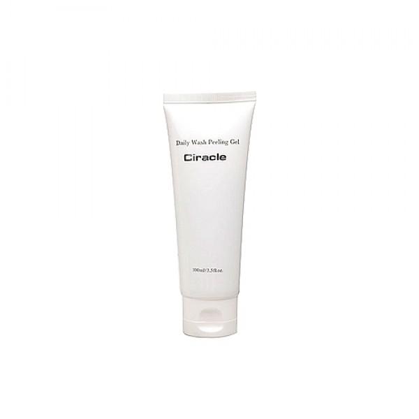 пилинг-гель для лицаDaily Wash Peeling Gel. Пилинг-гель для лица<br><br>Глубокое очищение кожи можно провести не только в салоне, но и в домашних условиях, используя специальный пилинг-гель. Это средство пользуется большой популярностью, благодаря своему эффективному воздействию.<br><br>&amp;nbsp;<br><br>Пилинг гель от Ciracle мягко и деликатно позволяет удалить слой отмерших клеток, очистить поры, сделать тон лица более свежим и ровным. Подходит для любого типа кожи, может использоваться даже для самой чувствительной, так как средство имеет сбалансированный состав.<br><br>&amp;nbsp;<br><br>Энзим папайи оказывает уникальное действие – он расщепляет кератин, благодаря чему отмершие клетки кожи прекрасно удаляются, а поверхность кожи выравнивается. Экстракт папайи оказывает противовоспалительное, регенерирующее и успокаивающее действие. Благодаря высокому содержанию витамина C, способствует осветлению пигментации.<br><br>&amp;nbsp;<br><br>Апельсиновое масло, о пользе которого знали еще в Древнем Китае – идеальное средство для смягчения и увлажнения сухой кожи, оно оказывает тонизирующее, обезболивающее и антибактериальное действие, помогает разгладить мелкие морщины и справиться с акне, значительно улучшает цвет лица.<br><br>&amp;nbsp;<br><br>Аллантоин способствует заживлению поврежденных тканей, так как после его нанесения запускаются процессы быстрой регенерации клеток, одновременно с этим аллантоин снимает болевые ощущения, что очень важно для раздраженной кожи. Кроме того, в составе косметики этот компонент способствует размягчению рогового слоя и удалению отмерших клеток, что предупреждает закупорку пор и образование комедонов.<br><br>&amp;nbsp;<br><br>При регулярном применении пилинг гель не только очищает поры от загрязнений и удаляет старые клетки кожи. Средство стимулирует кровообращение, запускает процессы регенерации и выработки коллагена, благодаря чему кожа обретает упругость, становится подтянутой, улучшается цвет лица.<br><br>&amp;nbsp;<br><br>Способ пр