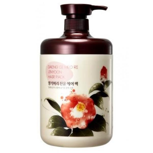 маска для волос daeng gi meo ri jinyoon hair packJinyoon Hair Pack. Маска для волос<br><br>Подходит для всех типов волос. Рекомендуется для сухой кожи головы и поврежденных волос. Предотвращает выпадение волос, снимает кожный зуд, применяется также при перхоти.<br><br>Содержит масло камелии и розы, а также еще 6 основных компонентов: <br><br><br>корень женьшеня,<br><br>экстракт имбиря,<br><br>экстракт розы,<br><br>ангелика,<br><br>зеленый чай.<br><br><br>Масло камелии - один из самых родственных волосам компонентов среди всех масел растительного происхождения. Этот традиционный восточный компонент для ухода за волосами издавна использовался в Азии для поддержания здоровья волос.<br><br>Придает им великолепный блеск и надолго сохраняет их природную красоту. Масло полностью оздоравливает волосы, восстанавливая нарушенную структуру после окрашивания и химической завивки, а также активно питает кожу и препятствует выпадению волос, не утяжеляя их.<br><br>В состав масла камелии входят жирные кислоты, витамины А, В и Е, различные минералы, такие как фосфор, кальций, марганец, железо и магний, растительный сквален, полифенолы и биофлавоноиды.<br><br>Масло питает, защищает, смягчает, увлажняет волосы, обладает регенерационными и успокаивающими свойствами, облегчает зуд кожи головы из-за аллергических реакций, дерматологических заболеваний или перхоти.<br><br>Проникая вглубь волоса, масло камелии питает корневую луковицу и восстанавливает поврежденные участки кутикулы, усиливая защиту хрупких и ломких волос, оказывает смягчающий и кондиционирующий эффект.<br><br>Благодаря разглаживающим свойствам масла, волосы обретают здоровый блеск.<br><br>Легко распределяется по поверхности, быстро впитывается, обладает хорошей проникающей способностью.<br><br>Способ применения: Маску нужно нанести на волосы, укутать полотенцем голову, подержать 2-3 минуты и смыть теплой водой.<br><br><br><br>Объем: 1000 мл<br>