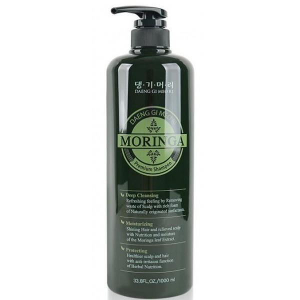 премиум шампунь с экстрактом моринги daeng gi meo ri moringa premium shampooMoringa Premium Shampoo. Премиум шампунь с экстрактом моринги<br><br>Основной ингредиент - экстракт листьев дерева Моринга<br><br>Дерево моринга, или как его ещё называют «дерево жизни» и «чудо-деревом», — это растение, которое богато белками, кальцием, витаминами, минералами и аминокислотами. Оно используется для лечения многих заболеваний, в том числе помогает бороться и с проблемой выпадения волос, то есть активизирует и усиливает их рост.<br><br>Моринга помогает при различных кожных заболеваниях, восстанавливает поврежденную и сухую кожу, поэтому отлично подойдет тем, кто страдает от перхоти. Также подойдет тем, у кого часто жирнеют волосы — она очищает поры от внешнего и внутреннего загрязнения (поэтому, кстати, широко используется в производстве шампуней, гелей и других средств).<br><br>Основные функции шампуня:<br><br><br>Глубокое очищение - глубоко очищает и освежает волосы и кожу головы, питает и укрепляет волосяные луковицы, стимулируя рост волос. Оказывает обновляющее и противовоспалительное действие, устраняет перхоть, улучшает кровообращение. Эффективен в борьбе с выпадением волос. Входящие в состав шампуня витамины и аминокислоты питают и восстанавливают волосы. После применения шампуня волосы приобретают жизненную силу и необыкновенное ощущение свежести.<br><br>Увлажнение - превосходно увлажняет волосы, придает блеск<br><br>Защита - защищает от вредных воздействий внешней среды, способствует восстановлению структуры волос и насыщению важными микроэлементами, оздоравливает кожу головы. Длительное применение шампуня дает заметные результаты, волосы становятся здоровее, приобретают блеск и шелковистость.<br><br><br>Способ применения: Нанести шампунь на влажные волосы, равномерно распределить по всей длине, вспенить и немного помассировать, затем смыть водой.<br><br>Объем: 1000 мл<br>