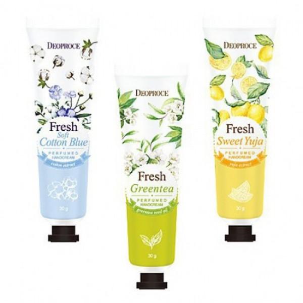 парфюмированный крем для рук deoproce perfumed hand creamPerfumed Hand Cream. Парфюмированный крем для рук<br><br>Воздушный и ароматный, этот крем станет приятным спасением для кожи рук и отличным средством для хорошего настроения.<br><br>Серия парфюмированных кремов для рук предназначена для ухода за кожей в любой день, в любое время года. Летом крем спасет от сухости и уменьшит вредное воздействие ультрафиолета, зимой крем убережет кожу от шелушений и обветривания в холодную погоду.<br><br>Крем содержит масла ши и кокоса, которые оказывают выраженное питательное, смягчающее и увлажняющее действие, разглаживают кожу, устраняют шелушения, ускоряют заживление раздражений. Витамин E в составе крема обеспечивает надежную антиоксидантную защиту и оберегает кожу рук от преждевременного старения.<br><br>Крем выпускается в 3 вариантах:<br><br><br>01. Deoproce Fresh Greentea Perfumed Hand Cream – крем для рук с экстрактом зеленого чая<br><br><br>Экстракт зеленого чая оказывает противовоспалительное и регенерирующее действие, увлажняет и питает кожу. Обладает хорошей проникающей способностью, поэтому воздействует на самые глубокие слои эпидермиса. Зеленый чай – мощный природный антиоксидант, защищает кожу от негативного воздействия свободных радикалов.<br><br><br>02. Deoproce Soft Cotton Blue Perfumed Hand Cream – крем для рук с экстрактом хлопка<br><br><br>Экстракт хлопка увлажняет, питает и смягчает кожу рук, оказывает защитное действие и способствует удержанию влаги в коже, ускоряет заживление различных воспалений, а также предупреждает преждевременное старение.<br><br><br>03. Deoproce Sweet Yuja Perfumed Hand Cream – крем для рук с экстрктом цитрона<br><br><br>Экстракт цитрона богат витамином С, который замедляет процессы старения кожи, а также способствует заживлению кожных повреждений, стимулирует синтез коллагена, оказывает осветляющее действие, благодаря чему крем для рук помогает справиться с пигментацию различного происхождения.<br><br>Способ применения: нанести на