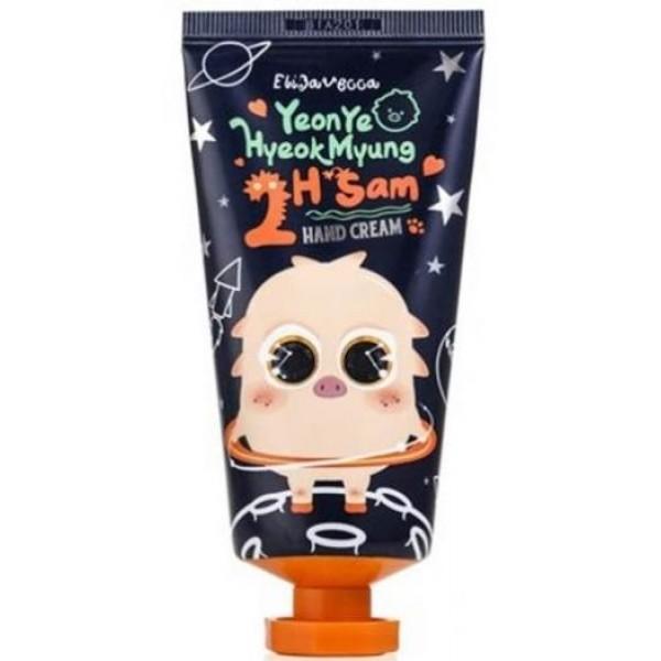 крем для рук elizavecca yeonye hyeokmyung 2h sam hand creamYeonye Hyeokmyung 2H Sam Hand Cream. Крем для рук<br><br>Нежный уход за сухой и раздраженной кожей рук, а также надежная профилактика преждевременного старения. Крем активизирует иммунную систему кожи, эффективно смягчает, увлажняет и питает, оказывает лифтинговое действие, осветляет пигментацию.<br><br>В составе крема 30% масла ши, а также экстракты женьшеня и морского огурца, которые в достаточно коротки сроки значительно улучшают состояние кожи.<br><br>Масло ши (масло карите) – источник жиров, углеводов и протеинов, а также ценных аминокислот. Оно глубоко увлажняет и питает кожу, а также великолепно ее смягчает, обладает бактерицидными и ранозаживляющими свойствами, ускоряет заживление кожных воспалений, стимулирует рассасывание шрамов. Масло ши является эффективным омолаживающим средством, так как стимулирует выработку коллагена, обновление и регенерацию клеток, благодаря чему повышаются тонус и упругость кожи, разглаживаются морщины. Также масло ши великолепно защищает кожу от воздействия ультрафиолета, оберегает от обезвоживания, обветривания и обморожений.<br><br>Экстракт морского огурца (трепанг, морской женьшень) способствует восстановлению поврежденных клеток кожи, замедляет процессы преждевременного старения, препятствует хроно-старению кожи. Морской огурец усиливает защитную способность кожи, выводит из глубоких слоев кожи токсины, шлаки и другие вредные вещества, усиливает микроциркуляцию и кровообращение, эффективно смягчает, увлажняет и питает кожу, повышает ее упругость и эластичность, оказывает лифтинговое действие, осветляет пигментацию.<br><br>Экстракт женьшеня обладает удивительными целебными свойствами и сильным омолаживающим действием. Он содержит важнейшие микроэлементы и минералы, сильнейшие антиоксиданты, ценнейшие кислоты, а также уникальные вещества – гинзенозиды. Благодаря своему составу женьшень воздействует на жизненно важные процессы, стимулирует регенерацию тканей и микроцирку