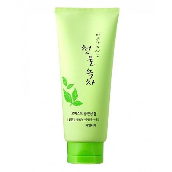 маска-пленка для лица очищающая welcos green tea purifying peel off packGreen Tea Purifying Peel Off Pack. Очищающая маска-пленка с экстрактом зеленого чая<br><br>Ежедневное очищение – необходимая составляющая ухода за кожей лица. Однако, иногда обычного умывания не достаточно, чтобы удалить с поверхности кожи все загрязнения, и тогда омертвевшие частички, пыль и остатки косметика со временем забивают поры, это приводит к появлению черных точек, акне. Для глубокого очищения кожи можно использовать скрабы, пилинги, а также всевозможные маски.<br><br>Маска Green Tea Purifying Peel Off Pack от Welcos – гелеобразное средство, которое легко наносится на лицо, хорошо распределяется, а спустя некоторое время застывает и превращается в пленку. Застывая, маска захватывает грязь из пор и отмершие клетки с поверхности кожи, которые затем легко и безболезненно удаляются вместе с пленкой.<br><br>В составе маски экстракт зеленого чая, который обеспечивает не только глубокое очищение, но и уход за кожей, оздоравливает ее. Зеленый чай в составе маски оказывает мощное антиоксидантное действие и обеспечивает коже надежную защиту от преждевременного старения. Экстракт нейтрализует агрессивное воздействие свободных радикалов. Обладает противовоспалительными, антисептическими и противобактериальными свойствами, ускоряет заживление воспалений и раздражения кожи, регулирует работу сальных желез и снижает выработку кожного жира, устраняет жирный блеск кожи, матирует ее.<br><br>Регулярное применение маски с зеленым чаем способствует постепенному оздоровлению кожи: нормализуются обменные процессы, укрепляются сосуды и уменьшаются проявления купероза, исчезает отечность лица. Кожа становится более упругой и подтянутой, улучшается ее цвет.<br><br>Способ применения: Нанести небольшое количество маски на очищенную от макияжа кожу, избегая области вокруг глаз, губ и бровей. После полного высыхания (примерно через 20 минут), маску снять, начиная от подбородка.<br><br>Вес г: 150.00000000