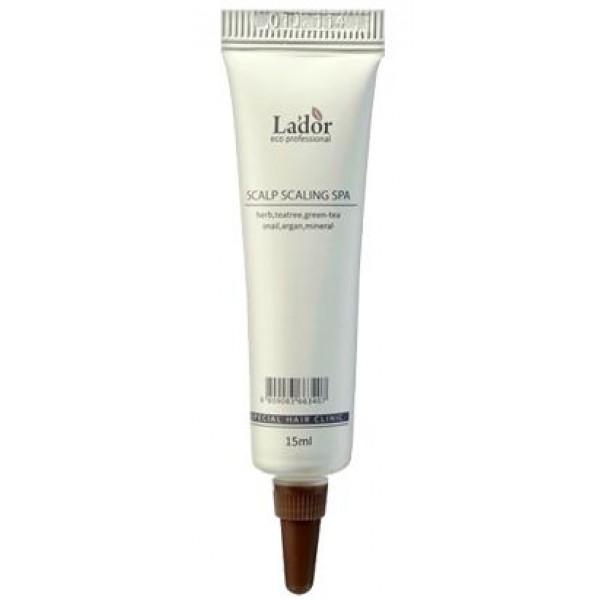 пилинг для волос lador scalp scaling spa ampleScalp Scaling Spa Ample. Пилинг для волос<br><br>Основная задача пилинга — глубоко очистить кожу головы от ороговевших чешуек, излишков кожного жира и остатков косметических средств, которые имеют свойство накапливаться на волосах и поверхности кожи.<br><br>Отшелушивание верхнего слоя кожи — эпидермиса — очень полезно для улучшения ее состояния. Поэтому пилинг используют для профилактики и лечения различных проблем, связанных с кожей головы. Особенно эффективен пилинг при перхоти, которая появляется из-за себореи, при повышенной жирности и выпадении волос.<br><br>При регулярном использовании пилинга ускоряется регенерация кожи головы. Отшелушивание активизирует клеточный обмен, стимулирует тонус кожи, способствует ее оздоровлению. Улучшается питание и кровоснабжение волосяных фолликулов. Кислород и различные полезные вещества легче доставляются к корням волос. Благодаря этому волосы лучше растут и становятся более сильными и здоровыми.<br><br>После пилинга косметические и лечебные средства для волос действуют в разы активнее и эффективнее. Именно поэтому эта популярная процедура часто используется для подготовки кожи к воздействию более специализированного ухода в салонах и трихологических клиниках, занимающихся лечением и восстановлением волос.<br><br>Салонный пиллинг от Lador - это SPA-процедура, которую можно делать в домашних условиях.<br>Компоненты этого пиллинга тщательно очищают кожу головы и корни волос, а так же питают, охлаждают и восстанавливают кожный покров.<br><br>Быстрый охлаждающий эффект ментола помогает успокоить чувствительную кожу головы, слизь улитки, аргановое масло, экстракт чайного дерева и экстракт зеленого чая питают волосяные луковицы, тщательно ухаживают за волосами, наполняют их силой.<br><br><br><br>Способ применения: Вымойте волосы шампунем и нанесите средство на влажные волосы, массируйте 1-2 минуты и смойте.<br>Состав: экстракты трав, чайное дерево, зеленый чай, улиточный фильтрат, аргано
