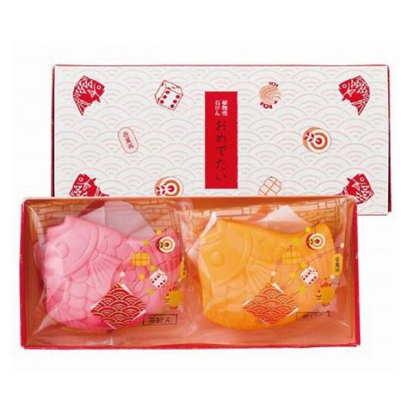 """косметический набор подарочный """"рыбки"""" master soap fishes soap setFishes Soap Set. Набор подарочный """"Рыбки"""" прекрасно очищает, за счет входящих в состав растительных компонентов предотвращает сухость и шелушение, великолепно смягчает кожу, делая ее гладкой и здоровой. <br><br>Обладает легким ароматом персика.<br><br>Меры предосторожности: не использовать при появлении покраснений, зуда, раздражения кожи. В случае возникновения аллергических реакций, прекратите использование мыла и проконсультируйтесь с дерматологом.<br><br>Состав: мыльная основа, вода, глицерин, хлорид натрия, этидронат 4Na, ЭДТА-4Na, экстракт листьев персика, BG, ароматизатор, оксид титана, красители: 226, 203, 213, 202, 204.<br><br>Упаковка: 2 шт. * 76 гр.<br><br>Вес г: 152.00000000"""