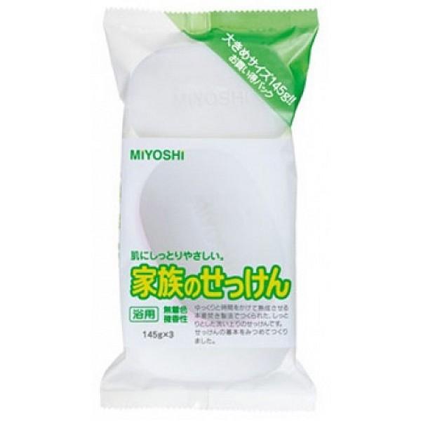 мыло на основе натуральных компонентов miyoshi additive free soap barAdditive Free Soap Bar. Туалетное мыло на основе натуральных компонентов - с натуральными маслами и жирами изготовлено по традиционному способу мыловарения (после 4 дней с начала процесса омыления жира масса затвердевает, режется на куски, после чего мыло готово к использованию). <br><br>Прекрасно подходит для ежедневного использования во время ванны или душа, имеет удобный семейный размер. При использовании образуется обильная пена, которая легко снимает загрязнения, не стягивая кожу. <br><br>Рекомендуется для людей с чувствительной кожей, безопасно за счёт входящих в состав мыльной основы натуральных пищевых жиров. <br><br>Не содержит красителей и отдушек.<br><br>Меры предосторожности: не использовать при появлении покраснений, зуда, раздражения кожи. В случае возникновения неприятных ощущения прекратите использование средства и проконсультируйтесь с дерматологом. При попадании в глаза сразу же промойте их водой.<br><br>Состав: мыльная основа, олеиновая кислота, этидроновая кислота, парфюмерная отдушка, EDTA-4Na, EDTA-2Na, вода.<br><br>145g*3<br><br>Вес г: 435.00000000