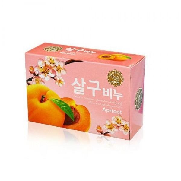 мыло абрикосовоеНежное ароматное мыло Rich Apricot Soap&amp;nbsp;не только очищает кожу, но и ухаживает за ней, способствует ее питанию и увлажнению, отшелушивает ороговевшие клетки, делает кожу мягкой, гладкой, нежной. В составе мыла натуральные масла абрикоса и оливы.<br><br>Масло абрикосовых косточек – незаменимое средство для кожи, которая испытывает недостаток витаминов, не получает необходимых питательных веществ и полноценного увлажнения. Абрикосовое масло хорошо питает, смягчает и увлажняет кожу, предотвращает ее сухость и шелушение. В составе мыла масло ускоряет процесс отшелушивания ороговевших чешуек при шелушащейся коже, стимулирует синтез коллагена и эластина, что оберегает кожу от потери ее упругости и эластичности. Мыло с абрикосовым маслом оказывает омолаживающее действие, замечательно оживляет и тонизирует кожу, способствует разглаживанию морщин и улучшает цвет лица. Противовоспалительные свойства масла помогают снять различные кожные воспаления, что особенно актуально для проблемной и чувствительной кожи.<br><br>Оливковое масло характеризует высокое содержание витаминов E и A. Витамин E значительно продлевает молодость кожи, а витамин A отвечает за ее увлажнение и эластичность. Также оливковое масло содержит витамины B,D,K, и некоторые другие, полезные для кожи. Регулярное использование оливкового масла обеспечивает кожу не только полноценным питанием и глубоким увлажнением, но и позволяет уберечь ее от преждевременного старения, так как ускоряет регенерацию клеток кожи, предотвращает появление морщин и существенно разглаживает уже имеющиеся морщинки. Масло является гипоаллергенным, поэтому его можно использовать для ухода за чувствительной кожей.<br><br>Также в составе мыла лактат натрия (натриевая соль молочной кислоты), который является популярным компонентом для мыловарения, а также в различных средствах для кожи лица и тела. Является мощным увлажнителем, восстанавливает поврежденный липидный слой кожи, возвращает к жизни обезвоженную кожу, обл
