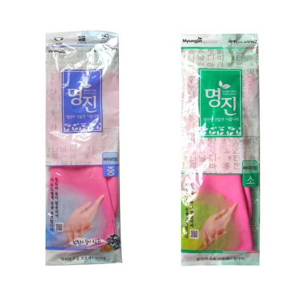 перчатки латексные хозяйственные удлиненные с манжетой myungjin rubber glove buylivingRubber Glove Buyliving. Перчатки латексные хозяйственные удлиненные с манжетой<br><br>Латексные перчатки защищают руки во время проведения бытовых и хозяйственных работ.<br><br>Перчатки удобны в использовании, гигиеничны, долговечны.<br><br>Особенности продукта:<br><br><br>древесный уголь и красная глина, входящие в состав перчаток, придают им антибактериальные свойства;<br><br>при изготовлении используется только 100% натуральный каучук, что придает перчаткам мягкость, повышенную прочность и делает возможным их длительное использование;<br><br>в процессе производства перчатки подвергаются термической обработке, проходят полную дезинфекцию и обладают антибактериальным эффектом;<br><br>отличная функциональность и эргономичный дизайн позволяет использовать их длительное время без негативного воздействия на руки.<br><br><br>Удлиненная форма перчатки позволяет проводить работы даже в труднодоступных местах, а удобная манжета надежно фиксирует перчатку на руке и защищает одежду от смачивания и загрязнения.<br><br>В области ладони и пальцев на перчатки нанесено противоскользящее покрытие. Края перчаток дополнительно обработаны износостойким веществом.<br><br>* Для большего комфорта рекомендуется использовать вместе с неткаными перчатками, которые обеспечивают гигиену рук, впитывают влагу, сохраняют тепло при долгом нахождении в холодной воде.<br><br>Способ применения: используйте перчатки в бытовых целях. При необходимости сушите, вывернув наизнанку. В случае появления запаха тщательно промойте.<br><br>Меры предосторожности: сушить, избегая попадания прямых солнечных лучей. Во избежание травм соблюдать меры предосторожности при работе с острыми предметами. Не использовать при работе с нефтепродуктами и химическими препаратами. Не класть в озоновые стиральные машинки и холодильники.<br><br>* В случае возникновения аллергии или раздражения кожи, прекратите использование или воспользуйтесь 