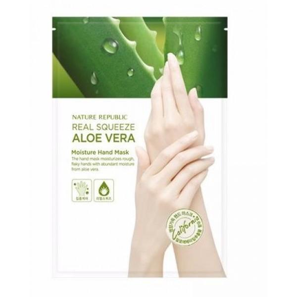 маска для рук с экстрактом алоэ nature republic real squeeze aloe vera moisture hand maskReal Squeeze Aloe Vera Moisture Hand Mask. Маска для рук с экстрактом алоэ<br><br>Маска для рук из линии средств на основе экстракта алоэ обладает выраженным увлажняющим, омолаживающим, витаминизирующим, смягчающим и защитным эффектом.<br><br>Маска интенсивно наполняет клетки влагой, питательными веществами и витаминами, придает коже упругость и эластичность, защищает ее от испарения влаги, образуя на ее поверхности защитную пленку из полимеров. Полимерная пленка также защищает кожу от разрушительного влияния на нее ультрафиолетового излучения.<br><br>Алоэ в составе маски увлажняет и смягчает кожу рук, снимает раздражения, препятствует возникновению шелушений, сухости и воспалений, восстанавливает поврежденные участки на коже. Оно улучшает кровообращения, позволяя полезным веществам маски глубже проникать в эпидермис. Помимо этого, алоэ обладает омолаживающим эффектом, активизируя процессы клеточного обновления, препятствуя негативному воздействию свободных радикалов, ультрафиолета и разглаживая морщинки.<br><br>Аденозин также интенсивно омолаживает кожу рук. Он активизирует процесс выработки коллагеновых и эластиновых волокон, стимулирует клеточное обновление, за счет чего кожа подтягивается, становится более упругой и эластичной. Он также является мощным антиоксидантом.<br><br>Удобная форма перчаток обеспечивает наиболее эффективное и удобное использование маски.<br><br>Способ применения: Надевать перчатки на чистую, сухую кожу рук, оставить на 15-20 минут. После снятия впитать остатки эссенции в кожу массажными движениями.<br><br>Объем: 14 мл<br>