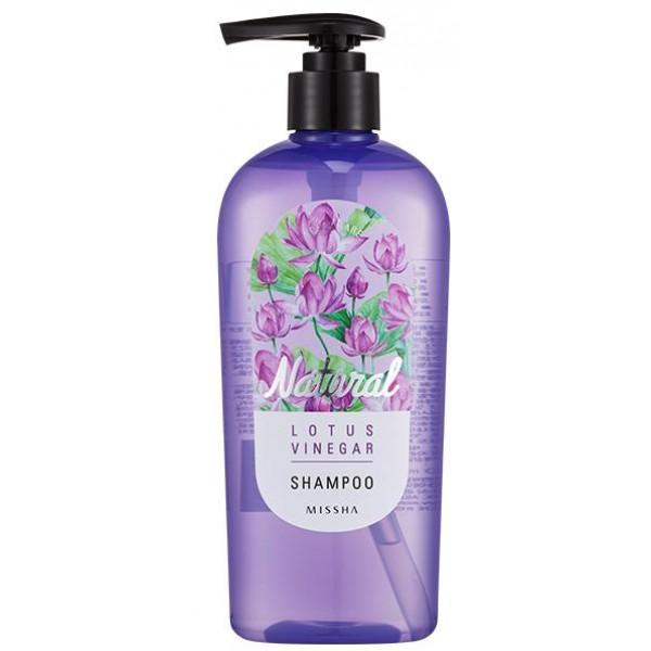 шампунь для волос с лотосом без силиконов missha natural lotus vinegar shampooNatural Lotus Vinegar Shampoo. Шампунь для волос с лотосом без силиконов<br><br>Шампунь, в составе которого есть силиконы, многим нравится за то, что после мыться волосы блестят, становятся гладкими и шелковистыми. Этот эффект достигается за счет того, что силикон образует на волосах своеобразную пленочку, сглаживающую кератиновые чешуйки и запечатывающую секущиеся кончики. Однако, это все только визуальное действие, а при длительном применении шампуня с силиконом волосы могут стать хрупкими, начинается их выпадение.<br><br>Шампунь без силикона&amp;nbsp;– это усиленное питание волос и кожи головы, так как им ничего не мешает воспринимать и поглощать все активные компоненты в составе средства. И если после первого мытья головы волосы не будут такими блестящими, как хотелось бы, то уже после нескольких применений волосы не только обретут естественный блеск, но и станут более сильными, упругими, здоровыми.<br><br>В составе шампуня без силикона экстракт лотоса, натуральный уксус, масла камелии и арганы.<br><br>Экстракт лотоса защищает кожу головы от излишнего раздражения, успокаивает, увлажняет, питает, а волосам, особенно сухим, придаёт объём и жизненную силу. Кроме того, экстракт защищает волосы от повреждений ультрафиолетом и разрушения свободными радикалами.<br><br>Натуральный уксус – чудодейственное средство для волос, позволяет сделать их блестящими и шелковистыми. Особенно необходим уксус для тех, у кого волосы тусклые и сухие. Через 2-3 недели применения шампуня с уксусом волосы становятся мягкими, послушными, сияющими. Так как в уксусе содержатся калий, магний, железо, бета-каротин, аминокислоты и энзимы, он оказывает восстанавливающее действие.<br><br>Масла арганы и камелии интенсивно питают и увлажняют кожу головы и волосы, помогают избавиться от сухой перхоти, устраняют зуд и раздражения, укрепляют корни волос, восстанавливают структуру. Масла делают волосы крепкими, блестящими и ш
