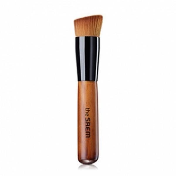 кисть для тона the saem 15° foundation brush15° Foundation Brush. Кисть для тона<br><br>Базовая кисть позволяет нанести тональное средство или праймер более равномерным слоем, обеспечивая естественное покрытие и идеальную маскировку несовершенств кожи. Выполнена из плотного синтетического ворса, легко моется и быстро сохнет, удобна и гигиенична в использовании.<br><br>Базовая кисть подойдет как новичкам, так и профессиональным визажистам, позволяет качественно обработать самые труднодоступные участки лица – крылья носа, уголки глаз, линия роста волос. Подходит как для первичного нанесения, так и для растушевки тональных или базовых средств. Кисть позволяет наносить косметику с большей точностью, чем при традиционном нанесении пальцами, при этом такой способ более гигиеничный.<br><br>Способ применения: На чистую сухую кожу начиная от центра лица наносят тональную основу легкими движениями кисти, постепенно продвигаясь вверх ко лбу, вниз к подбородку и в стороны к скулам. Чтобы сгладить границы нанесения, растирающими движениями кисти тушуйте участки с неравномерным слоем тональной основы. Чтобы скрыть недостатки кожи – углубления и выступы микрорельефа кожи (рубцы, акне, расширенные поры) – наносите тональное средство похлопывающими движениями кисти.<br><br>Вес: 10 г<br><br>Вес г: 10.00000000
