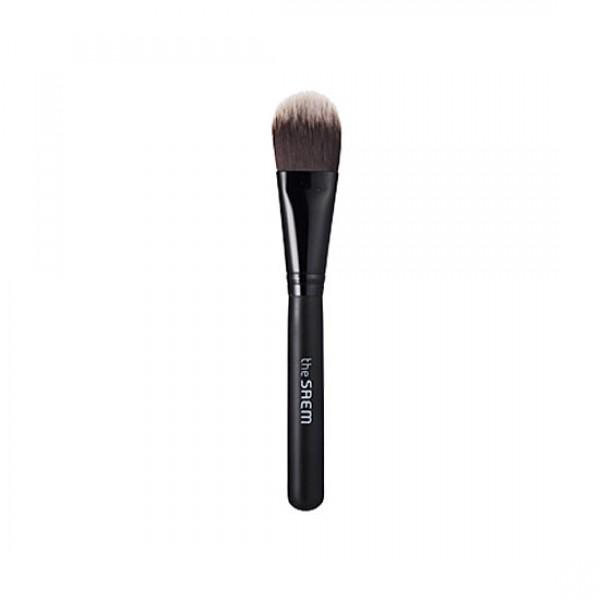 кисть для нанесения тональной основы the saem foundation brushFoundation Brush. Кисть для нанесения тональной основы<br><br>Кисть для нанесения базовой основы макияжа на кожу лица имеет мягкий упругий синтетический ворс слегка закруглённой формы, который, скользя по коже, идеально ровным тонким слоем распределяет вещество базы, в том числе по участкам кожи со сложным рельефом.<br><br>Ворс кисти не впитывает вещество кремовой текстуры, с его помощью удобно набирать дозированное количество базы или корректора и покрыть нужный участок лица. Он не теряет форму даже после многократного использования, сохраняет упругость, достаточную для того, чтобы наносить на кожу вещества плотной текстуры, не травмируя и не царапая её.<br><br>Кисть имеет удобную ручку, которая хорошо лежит в руке.<br><br>Этот необходимый аксессуар облегчает и сокращает процедуру подготовки к макияжу, делает её приятной.<br>Его можно использовать для нанесения тонального крема или консилера, это более удобно чем наносить кремовые средства пальцами или даже спонжем.<br>Для того чтобы кисть косметического производителя The Saem служила максимально долго после каждого использования её необходимо промывать и просушивать.<br><br>Способ применения: Набрать кистью необходимое количество кремовой основы, нанести на лицо, растушевать, чтобы получился максимально ровный слой.<br><br>Количество: 1 шт<br><br>Вес г: 5.00000000
