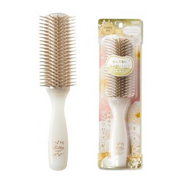 щетка массажная для придания блеска волосам vess likly brushLikly Brush. Щетка массажная для увлажнения и придания блеска волосам с протеинами шелка (большая)<br><br>Элегантная щетка содержит микрокапсулы с природными компонентами (протеины шелка и коллаген) для красоты Ваших волос.<br>Коллаген увлажняет, улучшает структуру волос, защищает&amp;nbsp; от негативных воздействий окружающей среды.<br>Протеины шелка – это натуральные белки, в том числе фиброин и серицин, которые увлажняют волосы, придают им гладкость и блеск при расчёсывании, защищают от повреждений.<br><br>Фиброин имеет прочную структуру, часто включается в состав средств по уходу за волосами, т.к. способствует укреплению&amp;nbsp; волос.<br>Серицин имеет многослойную структуру, которая позволяет удерживать большое количество влаги, быстро проникает в кожу и волосы, увлажняет их и придает волосам упругость и эластичность, делая их здоровыми и красивыми. Он состоит из 18-ти аминокислот, схожих с теми, что содержатся в организме человека. В их число входит&amp;nbsp; серин – аминокислота, которая является важнейшим увлажняющим компонентом.<br>&amp;nbsp;<br>Внимание при применении: не используйте при заболеваниях или повреждениях кожи головы. Избегайте продолжительного воздействия горячего воздуха фена, что может привести к изменению формы щетки. Не используйте одновременно с применением специальных средств для расчёсывания или для выпрямления спутанных волос, что может повлиять на качество расчёски.<br><br>По мере загрязнения ополосните щетку тёплой водой, хорошо обсушите (на воздухе, без специальных средств для сушки).<br>&amp;nbsp;<br>Состав: основной корпус-держатель с ручкой - AS древесная смола, «зубцы» – полиэстеровый эластомер.<br><br>Размер: 21 см.<br>