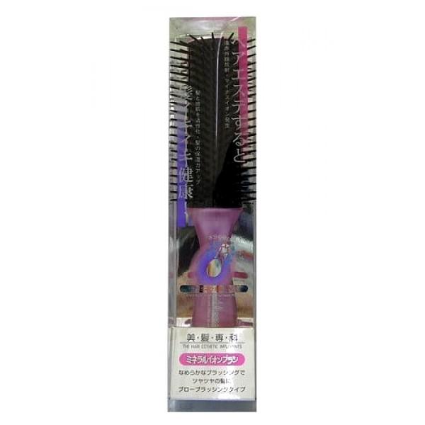 щетка массажная с минералами горных пород vess mineralion brushMineralion Brush. Щетка массажная для сухих,ослабленных волос с минералами горных пород рекомендуется для потерявших жизненную силу и естественный блеск волос.<br>Окрашенные и после химической завивки, пересушенные горячим воздухом фена, подверженные действию ультрафиолетового излучения волосы склонны к ломкости и потере влаги. Чешуйки кутикулы волоса отслаиваются, в результате чего повышается проницаемость волоса. Через образовавшиеся в его поверхности промежутки волос теряет необходимые для здорового роста воду, липиды, белки.<br><br>Щетка содержит природные минералы горных пород с эффектом выделения отрицательно заряженных ионов в результате ультракрасного излучения. Ультракрасные лучи активизируют кровообращение в клетках кожи головы, что стимулирует и ускоряет рост волос, повышают способность волос удерживать и сохранять влагу, что предотвращает сухость и ломкость волос.<br><br>Преимущества использования природных минералов горных пород:<br><br><br>Степень излучения ультракрасных лучей минералами горных пород выше, чем у древесного угля;<br><br>Излучение происходит не только при первом использования расчёски, но продолжается и после, даже после контакта расчёски с водой;<br><br>Степень излучения ультракрасных лучей, в результате которого выделяются отрицательно заряженные ионы, достаточно высокая, эффект заметен сразу же после расчёсывания.<br><br><br><br>Внимание при применении:Не используйте при заболеваниях или повреждениях кожи головы. Избегайте продолжительного воздействия горячего воздуха фена, что может привести к изменению формы щетки. Не используйте одновременно с применением специальных средств для расчёсывания или для выпрямления спутанных волос, что может повлиять на качество щетки.<br>По мере загрязнения ополосните щетку тёплой водой, хорошо обсушите на воздухе, без специальных средств для сушки.<br><br>Состав: ручка - AВS древесная смола, зубцы - полиэтилен с природными минералами горн