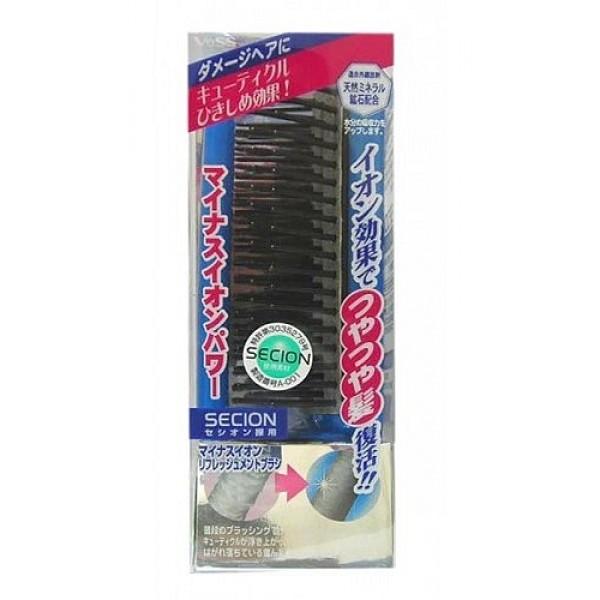 щетка с отрицательно заряженными ионами vess secion brushSecion Brush. Щетка массажная для ухода за волосами с отрицательно заряженными ионами изготовлена из специального инновационного материала secion, выделяющего отрицательно заряженные ионы - витамины воздуха, прекрасно подходит для восстановления повреждённых и утративших естественный блеск волос.<br><br>Это материал, в котором в виде полимеров заключены природные минералы горных пород с эффектом выделения отрицательно заряженных ионов в результате ультракрасного излучения. Ультракрасные лучи активизируют кровообращение в клетках кожи головы, что стимулирует и ускоряет рост волос, повышают способность волос удерживать и сохранять влагу, что предотвращает их сухость и ломкость. Отрицательно заряженные ионы проникают в сердцевину волоса, склеивая отслоившиеся чешуйки кутикулы волоса.<br><br>Внимание при применении: Не используйте при заболеваниях или повреждениях кожи головы. Избегайте продолжительного воздействия горячего воздуха фена, что может привести к изменению формы щетки. Не используйте одновременно с применением специальных средств для расчёсывания или выпрямления спутанных волос, это может повлиять на качество щетки.<br><br>По мере загрязнения ополосните щетку тёплой водой, хорошо обсушите на воздухе без специальных средств для сушки<br><br>Состав: ручка - AS древесная смола, зубцы полиэстер с природными минералами горных пород, материал secion.<br>