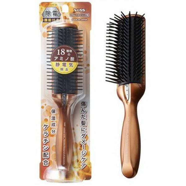 щетка массажная с кератином и антистатическим эффектом vess anti-static hair brushAnti-Static Hair Brush. Щетка массажная с кератином и антистатическим эффектом<br><br>Щетка нейтрализует статическое электричество, облегчая расчёсывание и уменьшая повреждение волос за счёт тройного антистатического эффекта. Накоплению статического электричества особенно подвержены пересушенные горячим воздухом фена, окрашенные и после химической завивки волосы, склонные к ломкости и потере влаги. Это приводит к повреждениям кутикулы волоса, в результате чего теряются необходимые вода, липиды, белки.<br><br>Расческа обладает тройным антистатическим эффектом:<br><br><br>зубцы из полиэстера-проводника проводят электрические заряды, уменьшая статическое электричество при расчёсывании;<br><br>cпециальный материал, так называемый nasulon, расположенный сразу под верхней частью расчёски с зубцами, за счёт собственных зарядов полностью нейтрализует статическое электричество;<br><br>металлическая вставка из нержавеющей стали на корпусе расчёски выпускает электрические заряды наружу.<br><br><br>Шетка содержит в микрокапсулированном виде основной компонент структуры волоса – кератин.<br><br>Из-за нехватки кератина волосы теряют свою способность удерживать влагу, что является основной причиной их повреждений (волосяные чешуйки отслаиваются, волосы выпадают при расчесывании и во время мытья).<br><br>Кератин, полученный из природных белков (шерсть овцы) близок по составу к белкам человеческих волос и является отличным компонентом по уходу за ними. Особенностью кератина также является большое содержание цистина – аминокислоты, поддерживающей формирование структуры белков.<br><br>Внимание при применении: не используйте при заболеваниях или повреждениях кожи головы. Избегайте продолжительного воздействия горячего воздуха фена, что может привести к изменению формы щетки. Не используйте одновременно с применением специальных средств для расчёсывания или выпрямления спутанных волос, это может повлиять н