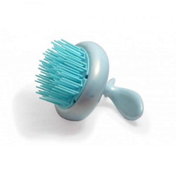 массажёр для кожи головы vess scalpy shampoo brushScalpy Shampoo Brush. Массажёр для кожи головы<br><br>Массажер предназначен для расчесывания волос перед мытьем и массажа во время мытья головы. Расчесывание волос перед мытьем предотвращает запутывание волос во время мытья и стимулирует кровообращение в коже головы.<br><br>Очищение кожи головы является основной профилактикой выпадения волос. Массаж кожи головы с одновременным применением шампуня повышает эффективность очищения пор кожи, оставляя ощущение свежести и чистоты. Расслабляющий, не травмирующий кожу головы массаж возможен благодаря мягкому материалу, из которого изготовлены массирующие зубцы массажера.<br><br>Преимущеcтва продукта:<br><br><br>Конструкция, благодаря которой хорошо стекает вода.<br><br>Длинные, мягкие и тонкие зубцы, удобные для мытья и массажа.<br><br>Край, предотвращающий прилипание волос.<br><br>Зубцы расположены таким образом, что предотвращают спутывание волос.<br><br>Дизайн ручки повторяет форму руки.<br><br>Можно держать как вертикально, так и горизонтально.<br><br>Массажер можно повесить на крючок.<br><br><br>Способ использования: перед мытьем головы аккуратно расчешите волосы. Далее плавными круговыми, слегка надавливающими движениями водите массажёр по коже головы с нанесённым на волосы и кожу шампунем или бальзамом. После массажа хорошо ополосните волосы и кожу головы тёплой водой.<br><br>Внимание при использовании: используйте только по назначению. Не используйте при заболеваниях или повреждениях кожи головы. Массируйте плавными лёгкими движениями, избегая сильных надавливаний. Не используйте одновременно с применением средств для укладки или стимулирования роста волос, избегайте воздействия горячего воздуха фена, что может повлиять на качество массажёра. Храните в недоступных для детей местах. Во время использования возможно попадание пены и воды внутрь массажёра. После использования хорошо ополосните массажер тёплой водой, обсушите на воздухе, без специальных средств для сушки.
