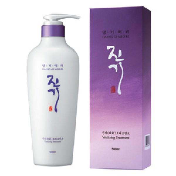 защищает от повреждений и пересушивания daeng gi meo ri виталайзинг кондиционер для волосВиталайзинг кондиционер&amp;nbsp;для волос&amp;nbsp;Daeng Gi Meо Ri&amp;nbsp;интенсивно увлажняет и восстанавливает структуру волос, делая их послушными и эластичными. Кератин эффективно защищает от повреждений и пересушивания, лецитин оказывает анти-оксидантное действие, нормализуя водный баланс кожи и волос. В результате волосы приобретают блеск, шелковистость, здоровый и ухоженный вид.<br><br>Основные компоненты:<br><br>Water, Cetearyl Alcohol, Cyclopentasiloxan, Dimethicone, Stearamidopropyl Dimethylamine, Dimethicone, Laureth-23, Laureth-3, Fragrance, Chrysanthemum Sibiricum Extract, Dicaprylyl Carbonate, Betaine, PEG-10, Amodimethicone, Cetrimonium Chloride, Trideceth-12, Glutamic Acid, Phenoxyethanol, Rehmannia Glutinosa Root Extract, Aminopropyl Dimethicone, Biota Orientalis Leaf Extract, Ceteareth-20, Gleditschia Austarlis Fruit Extract, Morus Alba Root Extract, Eclipta Prostrata Extract, Hydrolyzed Keratin, Acorus Calamus Rhizoma Water, Lactobacillus, Centella Asiatica, Gleditsia Sinensis Thorn, Houttuynia Cordata Extract, Phellodendron Amurense Bark, Polygonum Cuspidatum Root, Prunella Vulgaris, Torilis Japonica Extract Ferment Filtrate, Portulaca Oleracea Extract, Chidium officinale root Extract, Panthenol, Water, Phenylrimethicone/Caprylic/Capric Triglyceride, Tocopheryl Acetate, Ceramide 3, Glycerin, Lecithin, Hydrolyzed Keratin, Panax Ginseng Root extract.<br><br>&amp;nbsp;<br><br>Применение.<br><br>После мытья головы нанесите небольшое количество на волосы. Распределите равномерно по всей длине. Помассируйте в течении 2-3 мин,затем тщательно смойте. Подходит для ежедневного применения.<br><br>Внимание:В случае попадения в глаза немедленно промойте водой.<br><br>&amp;nbsp;<br><br>Дата производства: смотрите на упаковке.<br><br>Срок годности:3 года&amp;nbsp;<br>