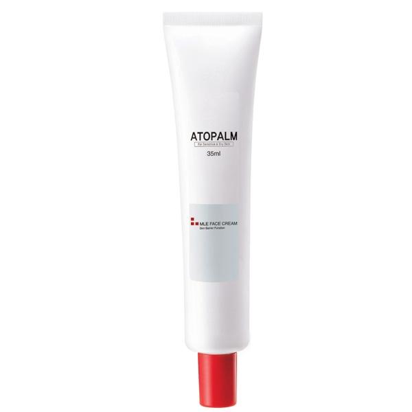 крем для лица и тела с многослойной эмульсией atopalm mle creamMLE Cream. Крем для лица и тела&amp;nbsp; - скорая помощь для сухой и чувствительной кожи:<br><br>- МЛЕ деликатно встраивается в липидный слой кожи, восстанавливая нарушенную барьерную функцию;<br>- Возвращает ощущение комфорта при стягивании, сухости,шелушении и воспалении кожи;<br>- Превосходно впитывается, не оставляя блеска и липкости, некомедогенен;<br>- Растительный сквален, энергетическое масло макадамии и виноградное масло гармонично увлажняют и питают кожу, восстанавливая мягкость и нежность;<br>- Экстракт портулака снимает воспаление и раздражение и способствует заживлению различных кожных высыпаний;<br><br>Рекомендован дерматологами при атопическом дерматите, псориазе для ежедневного ухода.<br>Подходит для ухода за детской кожей.<br><br>НЕ СОДЕРЖИТ СПИРТ И ПИГМЕНТЫ, ВМЕСТО ИСКУССТВЕННЫХ АРОМАТИЗАТОРОВ В ЕГО СОСТАВ ВКЛЮЧЕНЫ МАСЛА.<br><br>При нанесении на здоровую кожу МЛЕ&amp;nbsp; многослойная эмульсия равномерно распределяется по поверхности рогового слоя и улучшает его барьерную и&amp;nbsp; защитную функцию.&amp;nbsp; При&amp;nbsp;&amp;nbsp; повреждении барьерного слоя,&amp;nbsp; в зонах с отслоившимися чешуйками, эмульсия&amp;nbsp; распределяется в роговом слое и сливается с межклеточными липидами. МЛЕ по структурному и химическому составу схожа с межклеточными липидами, поэтому легко встраивается в&amp;nbsp; нарушенные&amp;nbsp; слои естественных липидов и восстанавливает их нормальное строение.<br><br>-&amp;nbsp; Сквален - добытый из растительных масел, витамин Е, энергетическое масло макадамии и виноградное масло&amp;nbsp; синергетически воздействуют на сухую, раздраженную кожу и гармонично экстра-увлажняют и питают кожу, стимулируют микроциркуляцию кожи, возращая ей мягкость и нежность.<br>-&amp;nbsp; Экстракт портулака снимает воспаление и зуд,&amp;nbsp; способствует заживлению различных кожных высыпаний;<br>-&amp;nbsp; Экстракт корня солодки оказывает противовоспалительное действие, с
