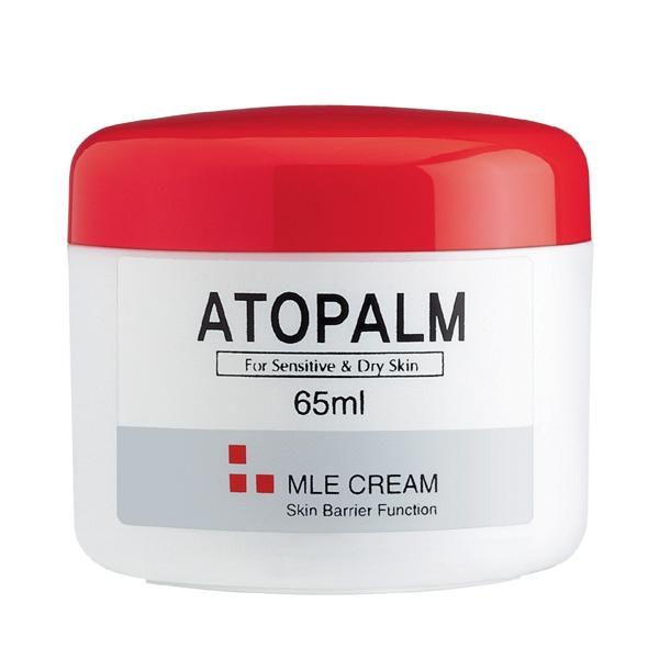 крем с многослойной эмульсией 65 atopalm mle cream 65MLE Cream 65. ББ Крем с многослойной эмульсией&amp;nbsp;65- скорая помощь для сухой и чувствительной кожи:<br><br>- МЛЕ деликатно встраивается в липидный слой кожи, восстанавливая нарушенную барьерную функцию;<br>- Возвращает ощущение комфорта при стягивании, сухости,шелушении и воспалении кожи;<br>- Превосходно впитывается, не оставляя блеска и липкости, некомедогенен;<br>- Растительный сквален, энергетическое масло макадамии и виноградное масло гармонично увлажняют и питают кожу, восстанавливая мягкость и нежность;<br>- Экстракт портулака снимает воспаление и раздражение и способствует заживлению различных кожных высыпаний;<br><br>Рекомендован дерматологами при атопическом дерматите, псориазе для ежедневного ухода.<br>Подходит для ухода за детской кожей.<br><br>НЕ СОДЕРЖИТ СПИРТ И ПИГМЕНТЫ, ВМЕСТО ИСКУССТВЕННЫХ АРОМАТИЗАТОРОВ В ЕГО СОСТАВ ВКЛЮЧЕНЫ МАСЛА.<br><br>При нанесении на здоровую кожу МЛЕ многослойная эмульсия равномерно распределяется по поверхности рогового слоя и улучшает его барьерную и&amp;nbsp; защитную функцию. При&amp;nbsp;&amp;nbsp; повреждении барьерного слоя,&amp;nbsp; в зонах с отслоившимися чешуйками, эмульсия&amp;nbsp; распределяется в роговом слое и сливается с межклеточными липидами. МЛЕ по структурному и химическому составу схожа с межклеточными липидами, поэтому легко встраивается в&amp;nbsp; нарушенные&amp;nbsp; слои естественных липидов и восстанавливает их нормальное строение.<br><br>-&amp;nbsp; Сквален- добытый из растительных масел, витамин Е, энергетическое масло макадамии и виноградное масло&amp;nbsp; синергетически воздействуют на сухую, раздраженную кожу и гармонично экстра-увлажняют и питают кожу, стимулируют микроциркуляцию кожи,&amp;nbsp; возращая ей мягкость и нежность.<br>-&amp;nbsp; Экстракт портулака снимает воспаление и зуд,&amp;nbsp; способствует заживлению различных кожных высыпаний;<br>-&amp;nbsp; Экстракт корня солодки оказывает противовоспалительное действие, снимае