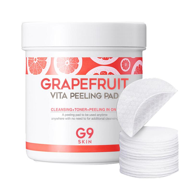 ватные диски для пилинга berrisom g9 grapefruit vita peeling padG9 Grapefruit Vita Peeling Pad. Ватные диски для пилинга<br><br>Принципиально новый подход к очищению кожи – не нужна вода, не нужно никакое средство, чтобы смочить диск. Мягкий, нежный, круглый диск с двусторонней поверхностью сочетает в себе сразу несколько функций: очищение кожи от повседневных загрязнений и косметики + отшелушивание ороговевших клеток кожи + успокаивающий тонер.<br><br>Всего несколько секунд – и кожа лица чистая, свежая, гладкая и сияющая. Диск позволяет избавиться от сухости и шелушений, поэтому, если использовать его до нанесения макияжа, тональные основы, бб-кремы и другие косметические средства будут ложиться ровно и безупречно.<br><br>Диски пропитаны эссенцией, в составе которой полезные для кожи компоненты: экстракт грейпфрута, витамин E, AHA+BHA+PHA кислоты, а также 9 видов успокаивающих ингредиентов для мгновенного ухода даже за самой чувствительной кожей.<br><br>Экстракт грейпфрута оказывает увлажняющее, успокаивающее и тонизирующее действие, регулирует работу сальных желез и предупреждает появление жирного блеска, способствует заживлению акне, отшелушивает ороговевшие клетки кожи, осветляет пигментацию и выравнивает тон кожи.<br><br>Витамин Е улучшает кровоснабжения в тканях, тормозит процессы фотостарения кожи, борется с сухостью кожи, способствует осветлению пигментации, оказывает успокаивающее действие, снимает воспаления, раздражения и шелушение кожи.<br><br>AHA+BHA+PHA кислоты способствуют отшелушиванию ороговевших клеток кожи, растворяя между ними кератиновые связи, оказывают противовоспалительное и ранозаживляющее действие, увлажняют и успокаивают кожу.<br><br>Способ применения: Аккуратно протереть кожу рельефной стороной диска, затем – мягкой, успокаивающей, стороной.<br><br>Количество: 100 шт.<br><br>Вес г: 200.00000000