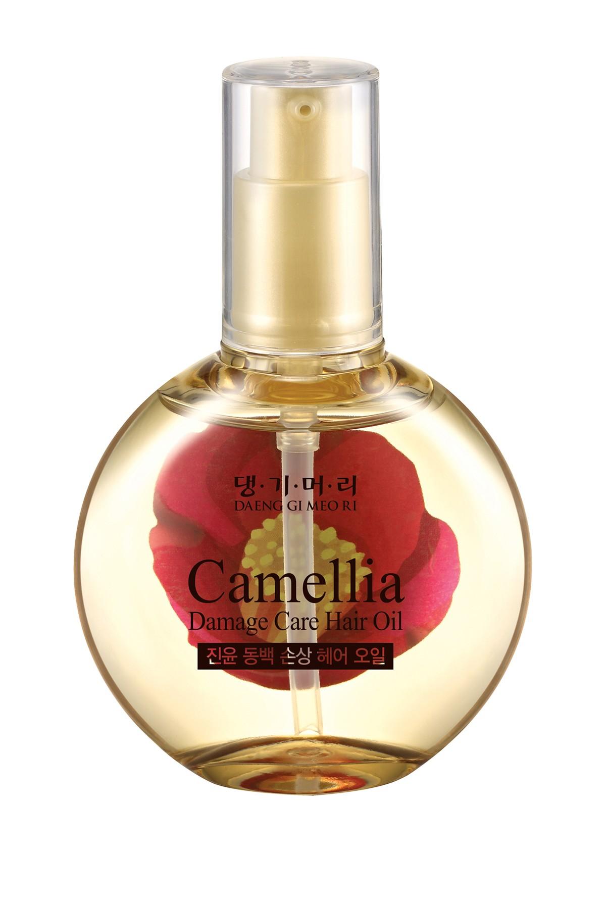 масло для поврежденных волос daeng gi meo ri camellia damage care hair oilCAMELLIA Damage Care Hair Oil. Масло для поврежденных волос<br><br>Преимущества употребления масла:<br><br><br>смягчает волосы и делает их послушными и податливыми для укладок и причесок;<br><br>восстанавливает естественный блеск волос;<br><br>помогает волосам сохранять внутреннюю влагу;<br><br>защищает волосы от загрязнений окружающей среды, являясь природным барьером;<br><br>предотвращает ломкость волос и образование секущихся кончиков;<br><br>лечит сухую кожу головы, избавляет от неприятного зуда;<br><br>прекрасно помогает в предотвращении перхоти;<br><br>способно оздоровить волосы после «химии» и окрашивания.<br><br><br>В состав масла входят следующие вещества:<br><br><br>витамины А, В, Е;<br><br>жирные кислоты: олеиновая, пальмитиновая, линолевая, стеариновая, эруковая, линоленовая, бегеновая и другие;<br><br>биофлавоноиды;<br><br>сквален, добытый из растительных масел;<br><br>тритерпены;<br><br>полифенолы;<br><br>минералы: марганец, железо, кальций, фосфор, магний.<br><br><br>Масло камелии отлично усваивается человеческой кожей и волосами, поэтому его можно применять вместо кондиционера.<br><br>Применение:<br><br>1. Для защиты и увлажнения волос. После мытья головы несколько капель масла растереть в ладонях и нанести поглаживающими движениями на всю длину влажных волос. Массирующими движениями втереть масло камелии в корни, чуть больше средства нанести на сухие кончики. Сушить локоны естественным образом, не используя фен. Данный способ подходит для иссушенных, окрашенных, обесцвеченных волос.Судя по отзывам, это наиболее быстрый и эффективный способ восстановить поврежденные волосы и защитить их от внешних факторов.<br><br>2. Увлажняющая маска. На сухие волосы перед гигиеническими процедурами нанести теплое масло камелии на корни, распределить по коже головы и всей длине волос. Особое внимание нужно уделить кончикам и коже. Укутать волосы в полиэтилен и теплое полотенце на 0,51,5 часа. 