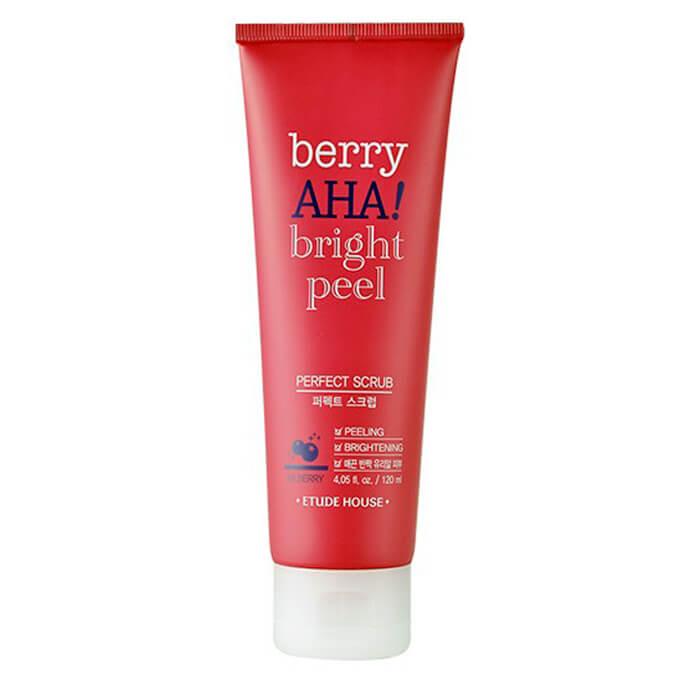 скраб для лица etude house  berry aha bright peel perfect scrabBerry AHA Bright Peel Perfect Scrub — скраб, предназначенный для мягкого очищения кожи. Основное действие — удаление ороговевших частиц кожи и излишков кожного жира. Средство помогает избавиться т черных точек и угревой сыпи, выравнивает тон лица, осветляет темные круги под глазами и повышает иммунитет кожи.<br><br>Скраб ускоряет заживление ранок, предотвращает появление рубцов и снимает отеки; нормализует обменные процессы и защищает от свободных радикалов; дает легкий отбеливающий эффект.<br><br>Состав<br><br>Главный ингредиент — экстракт черники. Он замедляет процессы старения, витаминизирует и глубоко увлажняет кожу, укрепляет сосуды, сужает поры и регулирует выделение кожного сала. Черника снимает воспаления и отеки, оказывает противомикробное действие, защищает от воздействия внешних факторов (солнце, ветер, перепады температур).<br><br>Дополнительные компоненты:<br><br><br>молочная кислота борется с микробами, снимает воспаления, мягко отшелушивает отмершие клетки и укрепляет кожу, возвращает её сияние и эластичность, разглаживает морщинки, осветляет пигментные пятна и сужает поры;<br><br>экстракт центеллы повышает иммунитет кожи, ускоряет заживление повреждений, улучшает тон лица, нормализует обмен в клетках и «запускает» их обновление.<br><br><br>В составе нет вредных для организма компонентов.<br><br>Форма выпуска<br><br>Скраб находится в ярком красном тюбике. Крышка белая, отщелкивающаяся, устойчивая на плоской поверхности. Дозатор узкий.<br><br>Защита от вскрытия. Дозатор закрыт фольгой, сам тюбик запечатан прозрачной полоской.<br><br>Консистенция и запах<br><br>Белый кремообразный скраб с мягкой текстурой. Отшелушивающие частички мелкие, не травмируют кожу; после процедуры не остается раздражений и покраснений. Запах косметический, не интенсивный. Аромат исчезнет, когда вы смоете средство с кожи.<br><br>Способ применения:&amp;nbsp;Скраб наносят на очищенную от косметики кожу, мягко массируют