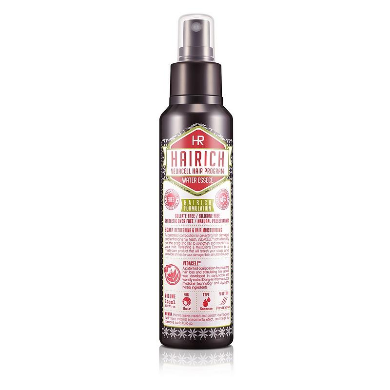 увлажняющая эссенцияVedacell Hair Program Water Essence. Увлажняющая эссенция<br><br>Серия HAIRICH VEDACELL HAIR PROGRAM содержит запатентованный комплекс растительных экстрактов (зеленый чай, имбирь, сосна, аир, хна, японский кипарис, арроурут, якорцы, амла), который препятствует выпадению, укрепляет и стимулирует рост волос. 5 видов аюрведических масел (кокоса, оливы, тыквенных семечек, подсолнечника) успокаивают, охлаждают кожу головы и придают волосам здоровое сияние.<br><br>&amp;nbsp;<br><br>Все средства серии обладают приятным ароматом, который позволяет расслабиться и снимает накопленный за день стресс.<br><br>&amp;nbsp;<br><br>Увлажняющая эссенция бережно ухаживает за волосами и кожей головы. Средство успокаивает проблемную кожу головы, снимая зуд и раздражение. Увлажняющая эссенция сертифицирована KFDA (Комитет по контролю качества продуктов питания и лекарственных препаратов Юж. Кореи) &amp;nbsp;как средство, предназначенное для борьбы с выпадением волос и стимулирующее рост волос.<br><br>&amp;nbsp;<br><br>Не содержит силиконы, сульфаты, красители<br><br>&amp;nbsp;<br><br>Применение:<br><br>1. &amp;nbsp; &amp;nbsp; &amp;nbsp; &amp;nbsp; Тщательно встряхните средство перед применением. Распылите средство с расстояния 20см на волосы.<br><br>2. &amp;nbsp; &amp;nbsp; &amp;nbsp; &amp;nbsp; Тщательно встряхните средство перед применением. Распылите средство на кожу головы (2-3мл, примерно 20 нажатий на распылитель), помассируйте в течение 3 минут. Не смывайте. Подходит для ежедневного применения<br><br>&amp;nbsp;<br><br>Меры предосторожности: Не используйте на поврежденной коже. &amp;nbsp;При появлении следующих симптомов прекратите использование: раздражение, сыпь, покраснение, зуд. При попадании в глаза, немедленно промойте теплой водой.<br><br>&amp;nbsp;<br><br>Состав: Water, Alcohol, PEG-40 Hydrogenated Castor Oil, Citric Acid, Salicylic Acid, Niacinamide, Lawsonia Inermis(Henna) Leaf Extract, Acorus Calamus Root Extract, Zingiber offinale (Ginger) Root Extr