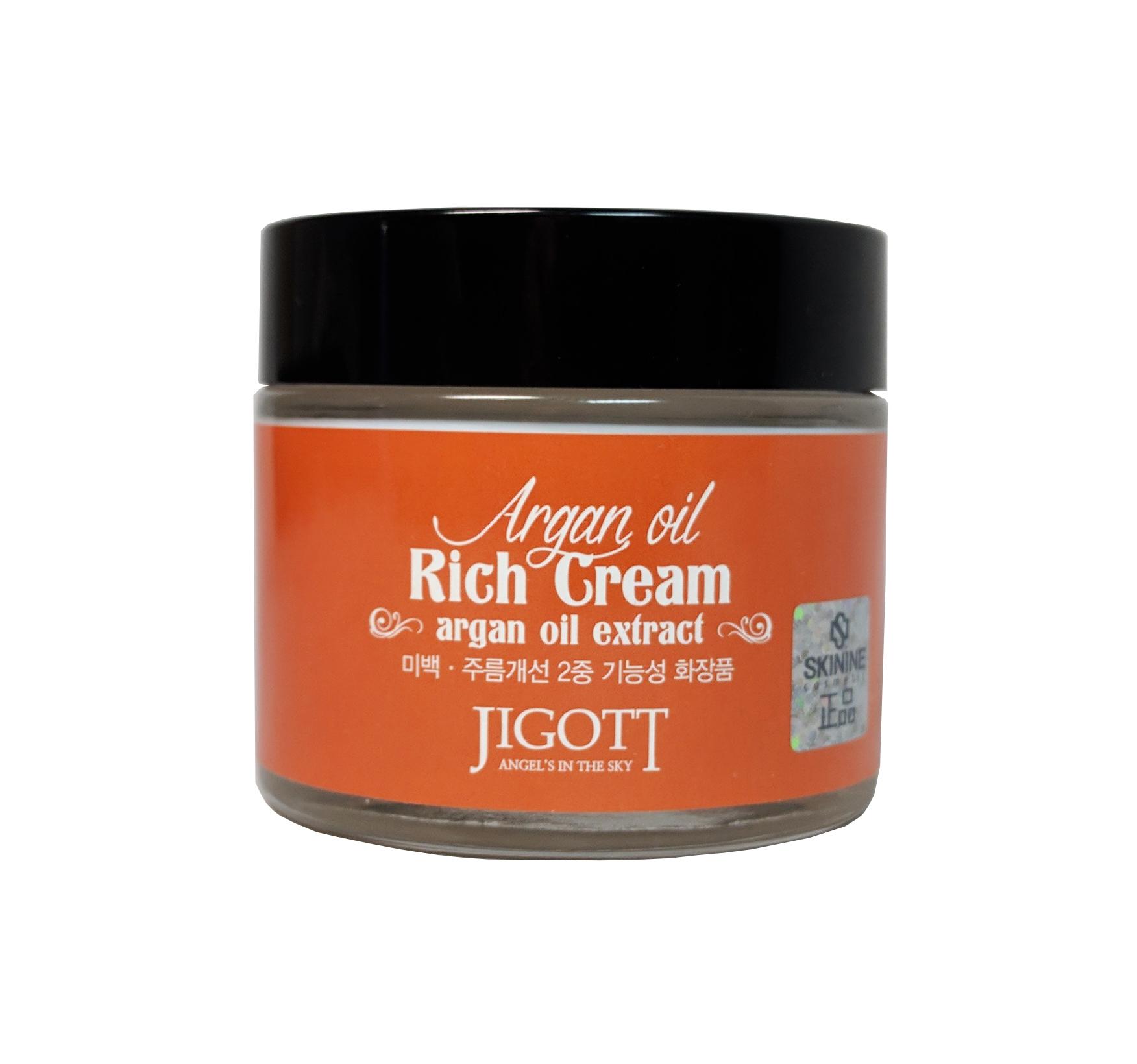 насыщенный крем для лица с аргановым маслом jigott argan oil reach creamArgan Oil Reach Cream. Насыщенный крем для лица с аргановым маслом<br><br>Благодаря аргановому маслу, крем обеспечивает глубокое питание, длительное увлажнение и бережную защиту кожи. Предотвращает преждевременное старение кожи, способствует ее омоложению. Улучшает состояние клеток дермы, способствует обновлению и регенерации кожи, обладает антиоксидантным действием, защищает кожу от сухости и раздражения, разглаживает морщинки, улучшает эластичность и упругость кожи, повышает тонус, усиливает барьерные функции кожи.<br><br>Ниацинамид эффективно справляется с пигментацией: осветляет и уменьшает возрастные пятна, выравнивает тон кожи.<br><br>Экстракт зеленого чая защищает кожу от негативных воздействий окружающей среды, замедляет процесс старения клеток.&amp;nbsp;<br><br>Применение:&amp;nbsp;Используйте как завершающий этап ухода за кожей. Небольшое количество крема нанесите на лицо и шею, нежными похлопывающими движениями распределите крем по поверхности кожи.<br><br>Меры предосторожности:&amp;nbsp;Только для наружного применения. Избегать попадания в глаза. При попадании в глаза немедленно промыть водой. Не наносить на поврежденные участки кожи. При появлении раздражения прекратить использование.<br><br>Срок годности:&amp;nbsp;3 года с даты производства.<br><br>Объем:&amp;nbsp;70 мл<br><br>&amp;nbsp;<br>