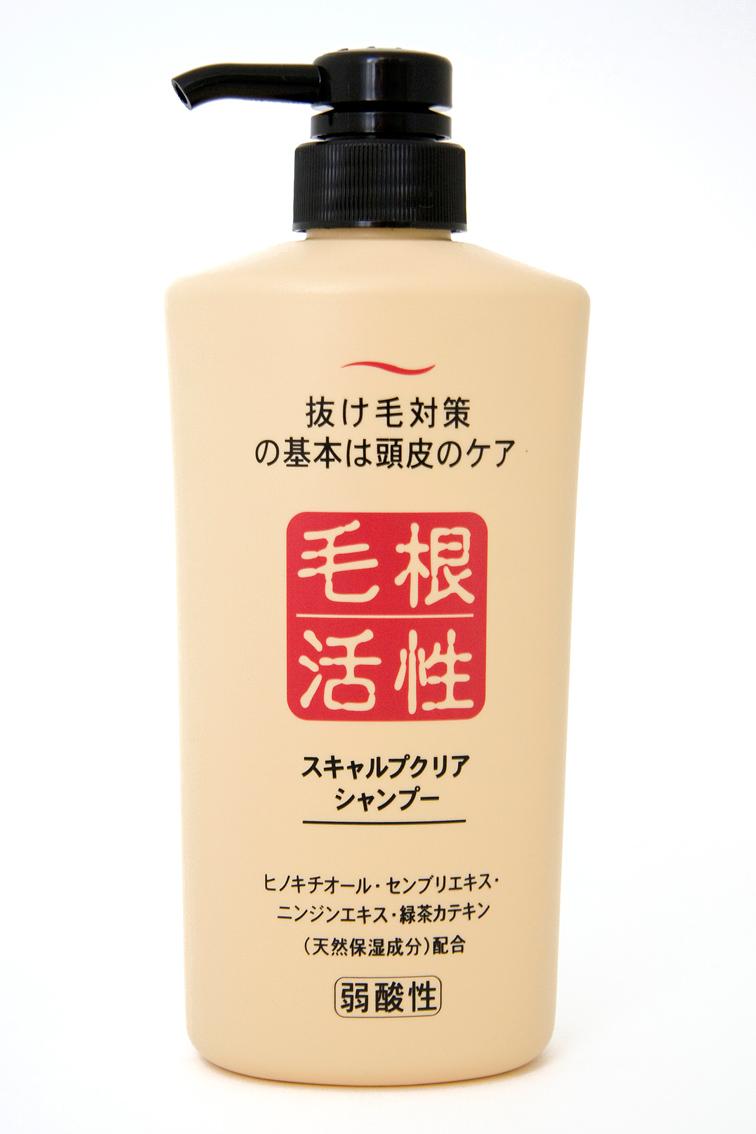 шампунь для укрепления и роста волос junlove scalp clear shampooScalp Clear Shampoo. Шампунь для укрепления и роста волос эффективно удаляет загрязнения и излишки кожного жира, препятствуя&amp;nbsp; выпадению волос. Натуральные растительные экстракты, входящие в состав шампуня, активизируют обменные процессы в луковице волоса, что усиливает рост волос и способствует быстрому проникновению питательных веществ. Увлажняет и смягчает кожу головы.<br><br>Активные компоненты:<br><br><br>Хинокитиол (компонент эфирного масла кипарисовика японского), экстракт сверции японской, экстракт женьшеня активизируют рост волос за счёт улучшения кровообращения в клетках кожи головы.<br><br>Экстракты ромашки и алоэ&amp;nbsp; увлажняют и питают, поддерживая силу и красоту волос.<br><br>Катехины зелёного чая препятствуют процессам окисления, предотвращают появление неприятного запаха, сохраняя ощущение свежести и чистоты волос и кожи головы.<br><br><br><br>Шампунь имеет слабую кислотность, не содержит искусственных красителей, обладает освежающим морским ароматом.<br><br>Способ применения: Несколькими нажатиями выдавить и нанести массирующими движениями на влажные волосы необходимое количество средства, смыть тёплой водой.<br><br>Меры предосторожности: не используйте средство, если оно вызывает покраснение, раздражение, зуд или воспаление кожи головы, проконсультируйтесь с врачом-дерматологом. При попадании в глаза сразу же промойте их водой. Храните в&amp;nbsp; недоступных для детей местах.<br><br>Состав: вода, кокамид DEA, PG, (C12,13) парет-3 сульфат натрия, кокоилсаркозинат натрия, кокамидпропилбетаин, лауроилметилаланин натрия, экстракт зелёного чая, экстракт женьшеня, экстракт сверции японской, хинокитиол, экстракт ромашки, экстракт алоэ Вера-1, глицерин, лимонная кислота, олефин (C14-16) сульфонат натрия, поликватерниум-10,&amp;nbsp; хлорид натрия, феноксиэтанол, BG,&amp;nbsp; EDTA-2Na, метилпарабен, пропилпарабен, этилпарабен, парфюмерная отдушка.<br><br>550 мл.<br>