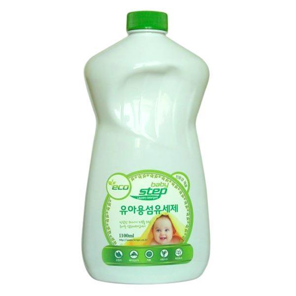 жидкое средство для стирки детского белья kmpc baby step liquid detergentBaby Step Liquid Detergent. Жидкое средство для стирки детского белья<br><br>Высокоэффективное суперконцентрированное жидкое средство для стирки детского белья с натуральным апельсиновым маслом и ферментами. Подходит как для машинной, так и для ручной стирки.<br><br>Входящие в состав натуральное апельсиновое масло и ферменты (липаза, протеаза) отлично отстирывают даже самые застарелые пятна, справляются с засохшей грязью и устраняют неприятные запахи. После стирки детская одежда засияет безупречной чистотой и приобретет легким аромат апельсина.<br><br>Особенности продукта: при производстве используется экологически чистое сырье, безопасное для человека и окружающей среды. Содержит натуральные ПАВ, натуральное масло апельсина, расщепляющие жир и белок энзимы.<br><br>PH: нейтральный<br><br>Рекомендации по применению:<br><br>Рекомендуется для стирки детской одежды из хлопка, льна, вискозы, полиэстера, нейлона, акрила.<br><br>1. Всегда следуйте рекомендациям по стирке, указанным на ярлыке одежды.<br><br>2. При ручной стирке (при температуре воды более 30?С) смешать с водой определенное количество средства, постирать белье, ополоснуть 2~3 раза, затем сушить, вывернув наизнанку.<br><br>3. Для удаления пятен нанести средство на пятно или загрязнение и оставить на 5 минут, затем стирать обычным способом. Поскольку данный концентрат не является пятновыводителем, то возможно, что после его применения некоторые виды пятен не удалятся окончательно.<br><br>Расход средства: ручная стирка - 30 мл; машинная стирка: маленькая загрузка – 30 мл, средняя загрузка – 60 мл, полная загрузка – 90 мл.<br><br>Меры предостороженности: хранить в недоступном для детей месте. При появлении аллергических реакций прекратить применение. При попадании в глаза не растирать, промыть чистой водой, при необходимости обратиться к врачу. Не глотать. В случае, если вы проглотили средство, следует немедленно обратиться к врачу. Применя