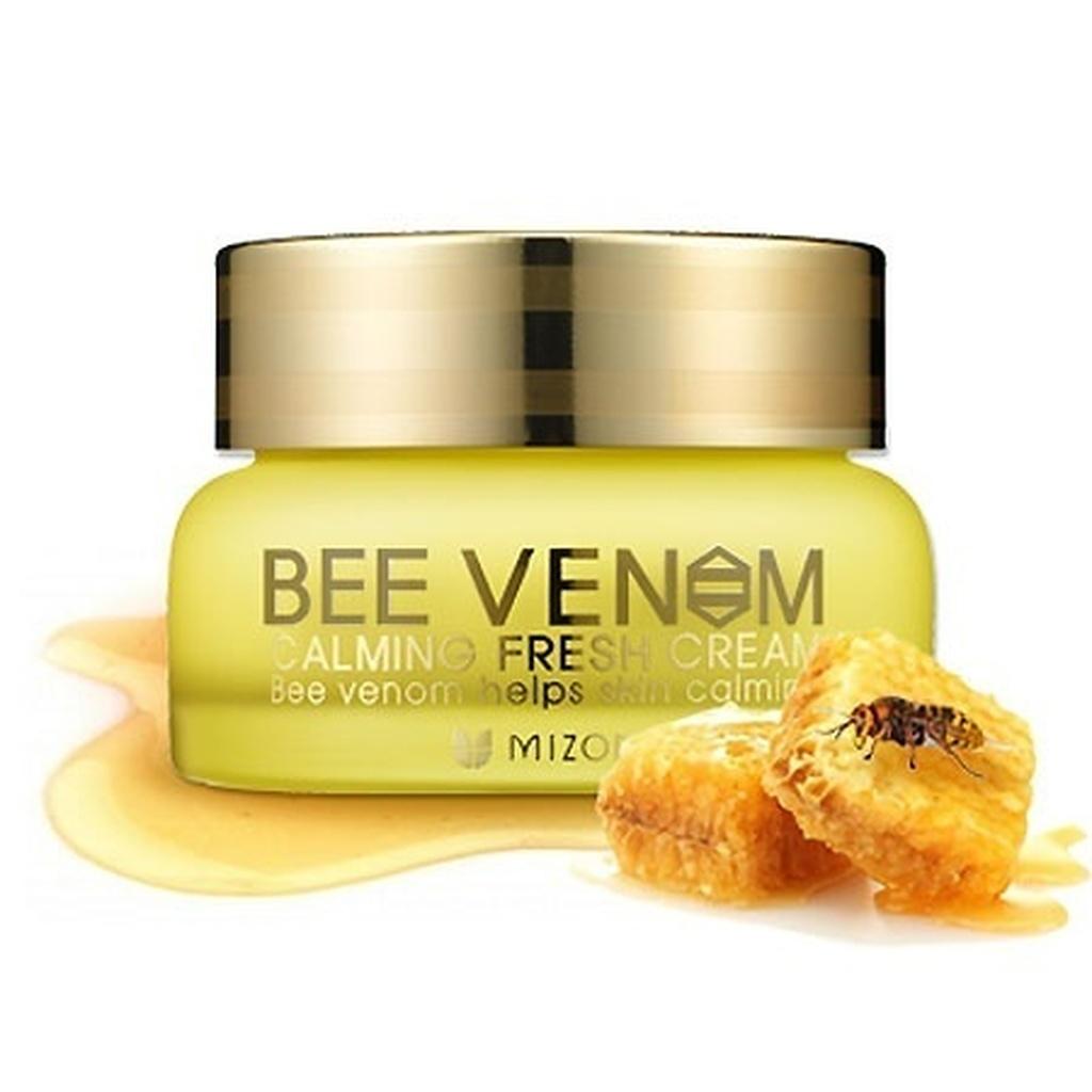 крем для лица с прополисом mizon bee venom calming fresh creamBEE VENOM CALMING FRESH CREAM. Крем для лица с прополисом<br><br>Нежная сливочная текстура и приятный цветочный аромат крема – дополнительные плюсы к эффективности и полезности этого крема.<br><br>Успокаивающий и смягчающий крем с прополисом и пчелиным ядом быстро справляется с покраснениями и раздражениями, а также устраняет шелушения и сухость кожи. Прополис оказывает обеззараживающее действие, препятствуя развитию и проникновению бактерий в кожу, подавляет вирусы, в том числе и вирус герпеса. Пчелиный яд усиливает иммунитет кожи, оказывает стимулирующее действие на кровообращение, ускоряет метаболизм. Благодаря этому, в коже вырабатываются собственный коллаген и эластин – кожа разглаживается, становится упругой и эластичной.<br><br>Пчелиный яд способствует быстрому заживлению ранок, устраняет красноту пост-акне, а кроме того, повышает уровень кераноцитов, защищающих кожу от негативного действия окружающей среды.<br><br>Натуральные масла макадамии, ши, манго, примулы вечерней, оливы, белых семечек и масляная фракция витамина Е оказывают увлажняющее и питательное действие.<br><br>Входящие в состав крема аденозин и ниацинамид обладают двойным действие – осветляют пигментацию и замедляют процессы старения кожи.<br><br>Аллантоин и пантенол успокаивают кожу и ускоряют ее заживление.<br><br>Гиалуроновая кислота увлажняет кожу и создает защитный слой, оберегающий от обезвоживания.<br><br>В креме не содержатся парабены, спирты, минеральные масла и искусственные красители.<br><br>Подходит для чувствительной кожи.<br><br>Крем станет настоящим спасением для кожи с застойными пост-акне, раздражениями и покраснениями.<br><br>ВНИМАНИЕ! Крем с прополисом и пчелиным ядом может вызывать индивидуальную непереносимость. Не рекомендуется использовать тем, у кого есть склонность к куперозу и расширенным сосудам.<br><br>Способ применения: нанести крем на лицо, распределив его легкими похлопывающими движениями, избегая област