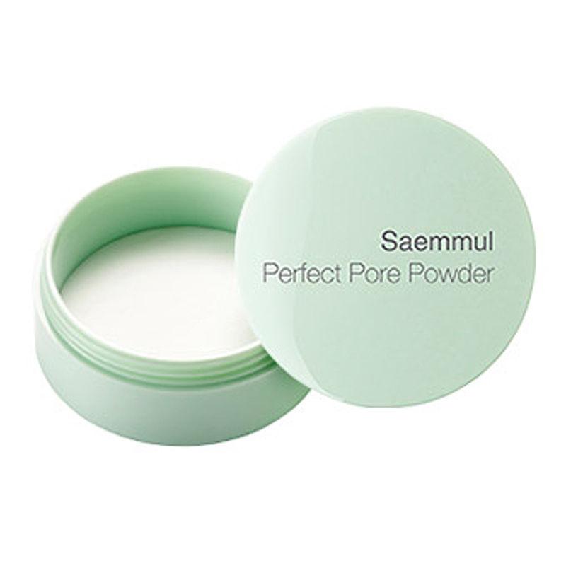 пудра рассыпчатая the saem saemmul perfect pore powderSaemmul Perfect Pore powder. Пудра рассыпчатая<br><br>Пудра, обладающая рассыпчатой консистенцией, предназначена для создания идеального макияжа. Она способна решить большинство проблем, возникающих у обладательниц жирной кожи с расширенными порами. Данное средство является декоративным дополнением и ухаживающим компонентом. Ежедневное применение не наносит вреда кожным покровам.<br><br>В состав пудры входят натуральные элементы, позволяющие поддерживать естественный водный и витаминный баланс:<br><br><br>Вытяжки из таких растений, как листья зеленого чая и камелия способствуют регулированию жировых выделений, что делает макияж стойким, и предотвращает появление на коже блеска.<br><br>Витамин Е является эффективным средством против старения кожи. Он смягчает негативное воздействие на покровы, которое способно проявиться в процессе курения, попадания прямых солнечных лучей или при низких температурах. Данный элемент питает, подтягивает, защищает кожу и восстанавливает циркуляцию крови в ней.<br><br>Масло из листьев чайного дерева является отличным средством против появления грибка или других бактерий. Оно поддерживает кожу в здоровом состоянии.<br><br>Розовая вода и сок березы способствуют хорошему увлажнению кожи и поддержанию гидробаланса. Они подтягивают покровы, выравнивают их тон и придают здоровый и свежий вид.<br><br><br>Пудра южнокорейского бренда The Saem представляет собой стойкое средство, способное выдержать в течение дня любые климатические условия: холод, жару или ветер. Кожа при этом будет выглядеть идеально: ровной, гладкой и молодой. Однородная консистенция, образованная мельчайшими частицами, позволяет создать ровный и незаметный слой.<br><br>Применение: Рассыпчатая пудра наносится на лицо при помощи специальных приспособлений: спонжа или кисти. Ее применение является завершающим этапом макияжа.<br><br>Вес: 5 г<br>