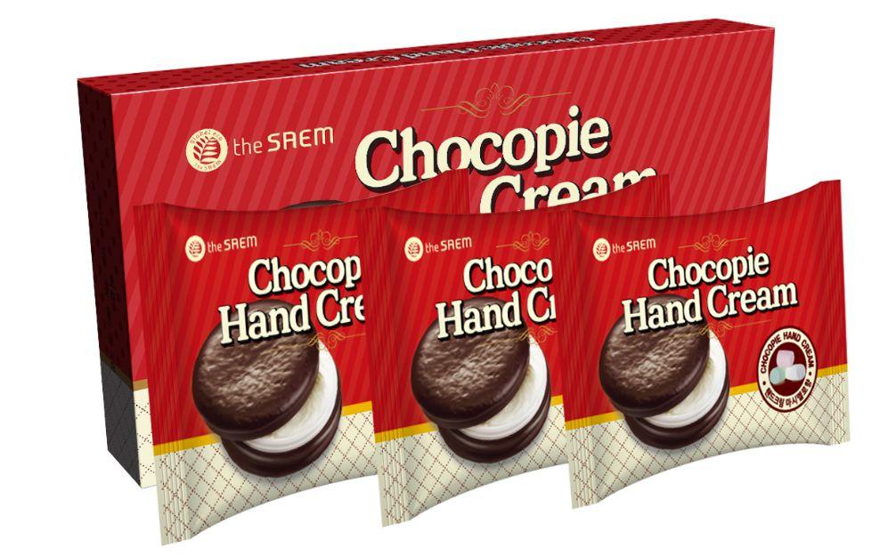 крем для рук набор the saem chocopie hand cream setChocopie Hand Cream Set. Крем для рук набор<br><br>Для сладкоежек и любительниц шоколадного десерта Chocopie – изумительный, ароматный крем для рук. Эксклюзивный дизайн делает крем не только лакомым десертом для кожи рук, но и необычным подарком.<br><br>В составе крема:<br><br>Масло семян макадамии – оказывает великолепное восстанавливающее и омолаживающее действие. Питает и увлажняет, повышает тонус, упругость и эластичность кожи. Оказывает антиоксидантное действие, защищая кожу от разрушающего воздействия свободных радикалов и замедляя процесс старения кожи. Кроме того, масло устраняет шелушения и раздражения, делает кожу мягкой и бархатистой. В морозную и ветреную погоду масло оберегает кожу от обветривания и негативного воздействия низких температур воздуха.<br><br>Масло ши – глубоко питает и увлажняет кожу, разглаживает ее и смягчает, помогает укрепить тургор кожи и сокращает выраженность морщин. Крем защищает кожу рук от пересушивания и обветривания. Масло ши дарит крему нежную текстуру.<br><br>Масло какао – питает и смягчает кожу, оказывает омолаживающее и регенерирующее действие, устраняет сухость и шелушения. В отличие от многих масел, масло какао в морозную и ветреную погоду не охлаждает кожу, поэтому может использоваться при температуре ниже -20 градусов даже при длительном пребывании на улице. В жаркую погоду масло защитит кожу от агрессивного воздействия УФ-лучей, от пыли и грязи. Регулярное использование масла какао позволит улучшить состояние кожи рук – сделать ее мягкой и бархатистой, упругой и эластичной.<br><br>Экстракт алтея – обладает увлажняющим, смягчающим, иммуностимулирующим и противовоспалительным свойствами. Помогает снять зуд и шелушения, а также препятствует активации меланоцитов кожи под влиянием ультрафиолетовых лучей, то есть мягко осветляет кожу и предупреждает появление пигментации.<br><br>Крем представлен 4 вариантами:<br><br><br>01. The Saem Chocopie Hand Cream Cookies &amp;amp; Cr
