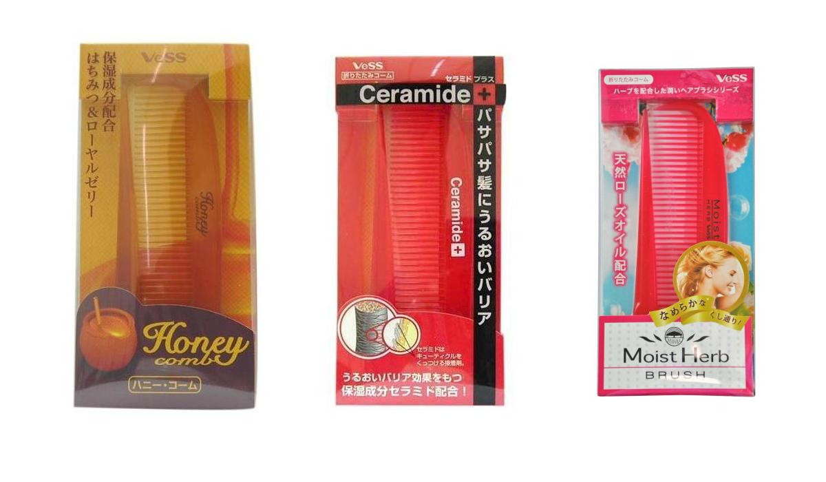 расческа для увлажнения и придания блеска волосам (складная) vess brush compactBrush Compact. Расческа для увлажнения и придания блеска волосам (складная)<br><br><br>Honey Brush Compact. Расческа для увлажнения и придания блеска волосам с мёдом и маточным молочком пчел<br><br><br>Мед - обладает чудесными питательными свойствами, стимулирует регенерацию клеток, укрепляет волосы. Мед натуральный увлажнитель для волос и кожи, он защищает волосы от пересушивания В состав меда входят разнообразные ферменты, витамины, органические кислоты, минеральные соли, антибактериальные вещества.<br><br>Маточное молочко пчел содержит активные вещества, которые проникают в ствол и корень волос, улучшая их структуру, питают и увлажняют волосы и кожу головы, не нарушая их природный рН баланс.<br><br><br>Ceramide Brush. Расческа для увлажнения и смягчения волос с церамидами<br><br><br>Массажная щетка содержит микрокапсулированные церамиды и масло австралийского ореха макадамия для ежедневного увлажнения и смягчения волос при расчёсывании.<br><br>Церамиды - это естественные составляющие кутикулы волоса, они образуют на поверхности волоса защитный липидный слой, увеличивают уровень увлажнения сухих, с секущимися кончиками волос, препятствуют сухости и потере влаги.<br><br>Масло австралийского ореха Макадамия смягчает волосы, предотвращая спутывание волос во время расчёсывания.<br><br><br>Moist Herb Brush. Расческа для увлажнения и придания блеска волосам с маслом розы<br><br><br>Расческа содержит микрокапсулированное природное масло розы. Этот компонент ежедневно увлажняет волосы, придает им гладкость и блеск при расчёсывании. Волосы становятся упругими и шелковистыми. Масло розы также обладает свойством защищать окрашенные волосы и способствовать сохранению цвета.<br><br>Внимание при применении: не используйте при заболеваниях или повреждениях кожи головы. Избегайте продолжительного воздействия горячего воздуха фена, что может привести к изменению формы расчески. Не используйте одновремен