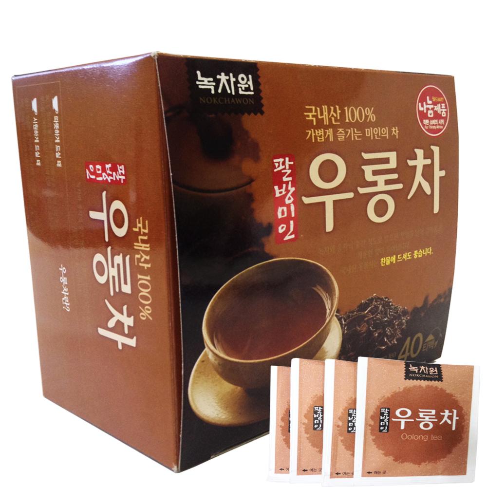 чай улун в пакетиках nokchawon oolong teaКорейский чай Улун Nokchawon – это высококачественный напиток, который обладает незабываемым мягким, нежным вкусом с легким сливочным послевкусием.<br><br>Чай производится из растения CamelliaSinensis, и особенность его производства в том, что зрелые листья аккуратно собираются вручную и завяливаются на солнце в течение получаса, затем подсушенные листья укладывают в корзины и помещают в тень для ферментации. Ключевым моментом в приготовлении является своевременное и регулярное перемешивание и разминание листьев для достижения оптимальной степени ферментации.<br><br>&amp;nbsp;<br><br>Улун содержит эфирные масла и более 400 видов полезных для организма человека химических соединений. Главные из них: танины, кофеин, соединения полифенола, витамины группы В, а также С, Е, К и D, железо, фосфор, магний, кальций, йод, цинк, селен, марганец, флавоноиды и другие полезные вещества.<br><br>Богатое содержание витаминов в чае Улун Nokchawon способствует укреплению волокнистых тканей стенок кровеносных сосудов, предотвращает тромбофлебит. Флавонид способствует обмену веществ, помогает отторжению мертвых клеток поверхности кожи и появлению новых молодых клеток, а следовательно, замедляет процессы старения. Регулярное употребление чая Улун способствует снижению веса за счет соединений полифенола, которые расщепляют жир и выводят его из организма, при этом эффективность расщепления и вывода жира у чая Улун лучше, чем у любого другого чая.<br><br>&amp;nbsp;<br><br>Полифенолы и другие вещества, содержащиеся в Улуне, способны уменьшать количество свободных радикалов в организме, способствуя их дезактивации. Люди, регулярно употребляющие этот чай гораздо меньше подвержены инфекционным заболеваниям и обладают здоровой кожей.<br><br>&amp;nbsp;<br><br>Не является БАДом, не содержит ГМО<br><br>&amp;nbsp;<br><br>Способ применения: Заваривать горячей водой (80°С) 2-3 минуты. Можно пить охлажденным.<br><br>&amp;nbsp;<br><br>Масса нетто: 48 г&amp;nbsp;