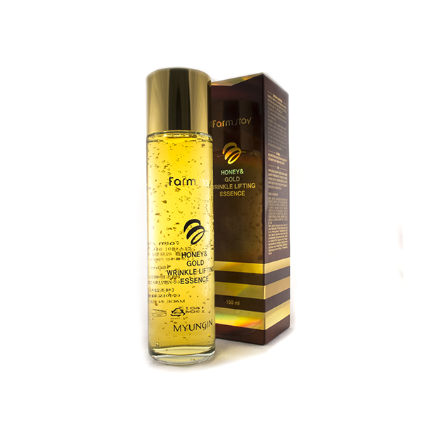 лифтинг эссенция с экстрактом мёда и золотом farmstay honey gold wrinkle lifting essenceHoney Gold Wrinkle Lifting Essence. Лифтинг эссенция с экстрактом мёда и золотом<br><br>Данная великолепная эссенция прекрасно подтягивает, омолаживает и освежает. Она питает и наполняет дерму витаминами, минералами и другими ценными компонентами. Непревзойденный состав эссенции комплексно воздействует на кожу.<br><br>Одним из сильнейших компонентов данного средства является мед. Он содержит в себе множество витаминов, минералов, аминокислот, которыми питает эпидермис. Органические кислоты и сахар, входящие в мед обеспечивают антибактериальный эффект, убирая воспаления, прыщи, предотвращая их появление.Также, он активизирует обновление клеток, сохраняя молодость кожи. Мед является сильным антиоксидантом, защищая дерму от агрессивных воздействий природы. Он улучшает эстетическое состояние дермы, увлажняет ее.<br><br>Золото в эссенции оказывает благотворное влияние на эпидермис. Его уникальной особенностью является то, что оно усиливает положительные эффекты всех компонентов средства. Золото обладает бактерицидным свойством, активизирует кровообращение, обменные процессы, выводит токсины. Оно прекрасно питает дерму, увлажняет, повышает ее эластичность и упругость. Этот драгоценный компонент сохраняет молодость и гладкость кожи.<br><br>Фильтрат секреции улитки в данной эссенции помогает активизировать кровообращение, обменные процессы, улучшая общее состояние дермы и продлевая ее молодость. Слизь убирает незначительные морщинки и уменьшает глубокие, активизирует регенерацию, замедляя старение. Еще, фильтрат улитки является прекрасным антиоксидантом. Он выводит токсины из клеток. Также, муцин лечит акне, воспаления, прыщи. Улиточная слизь увлажняет и восстанавливает, избавляет от шелушения.<br><br>Экстракт алоэ увлажняет кожу, наполняет ее аминокислотами, ценными витаминами, минералами, микроэлементами, бережно очищает. Он помогает повысить клеточный иммунитет, усиливая защитные каче